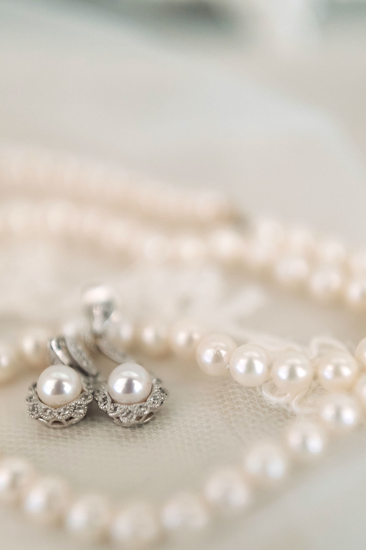 pearl wedding jewelry earrings necklace bridal details