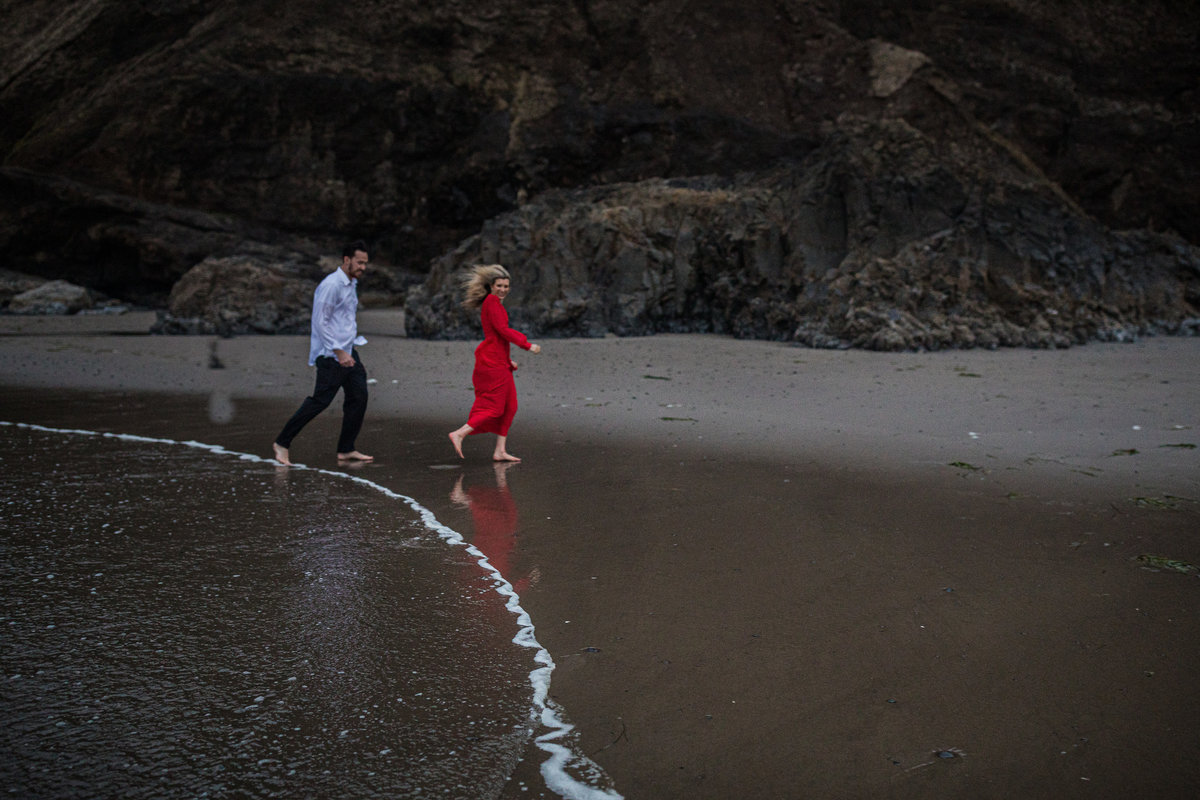 Oregon-oceanside-elopement-couples-photography-session-beach_(18_of_27)