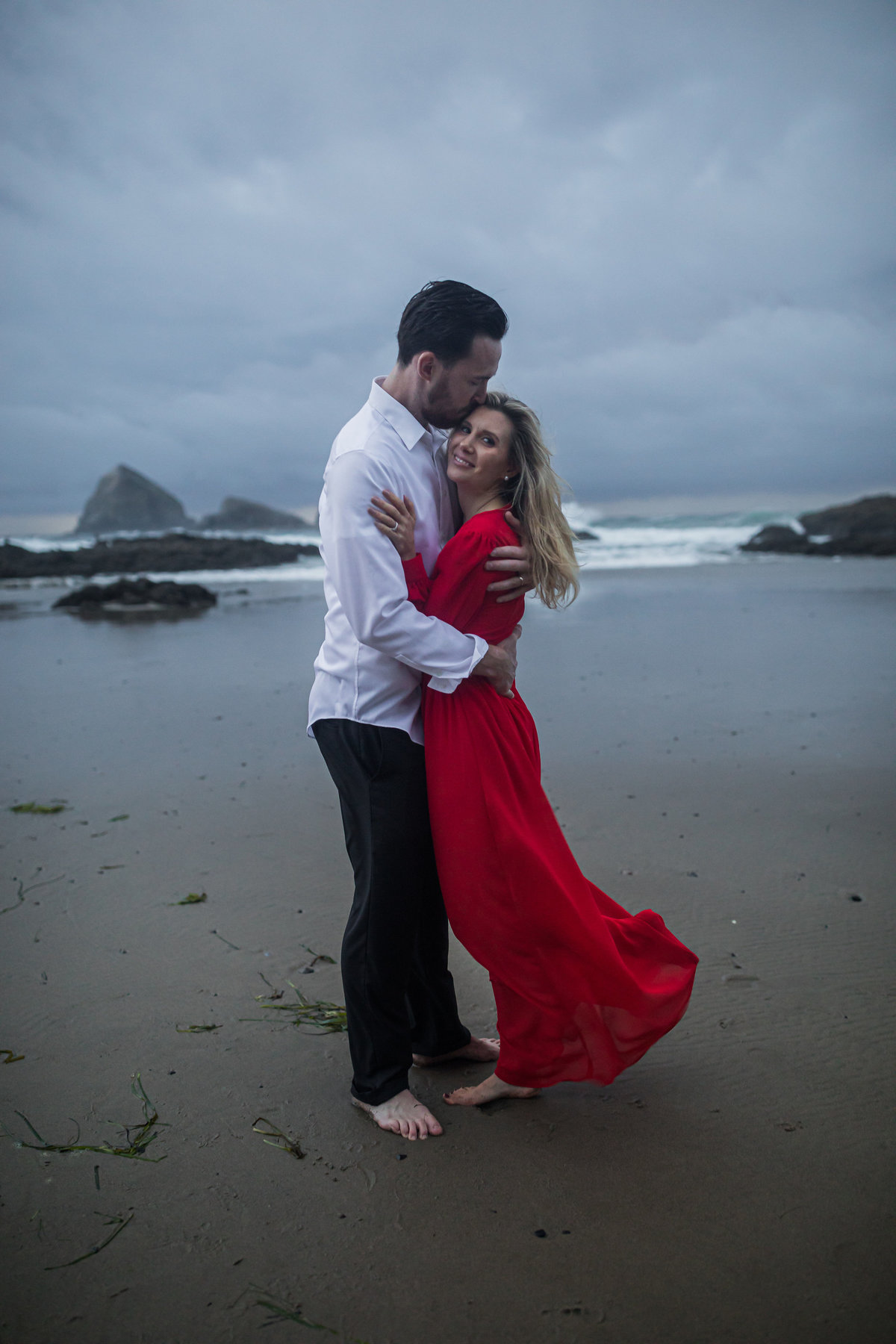 Oregon-oceanside-elopement-couples-photography-session-beach_(25_of_27)