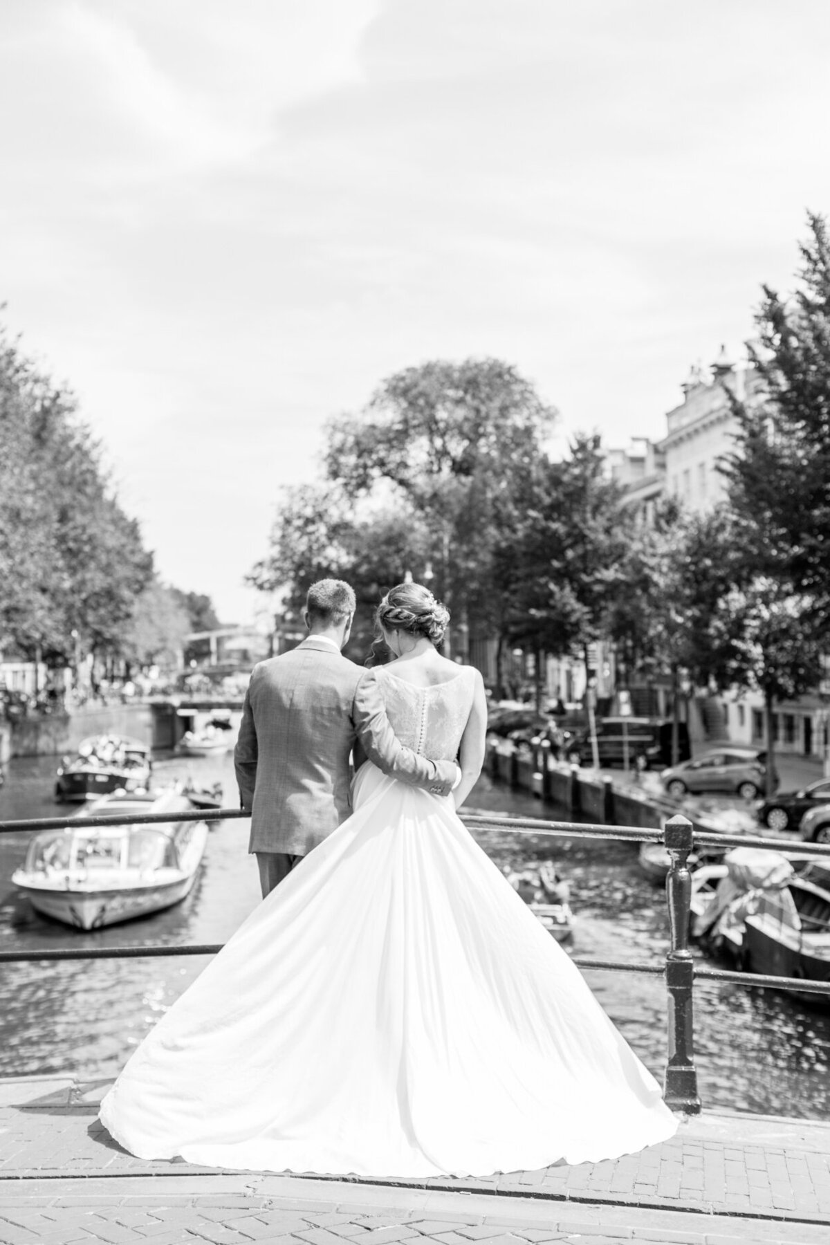 Black and white wedding portrait of an elopement in Amsterdam for a photo shoot organized by Lovely & Planned