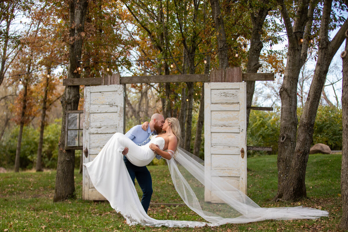 Barnes-place-des-monines-iowa-rustic-wedding-photo-ideasPhoto-45