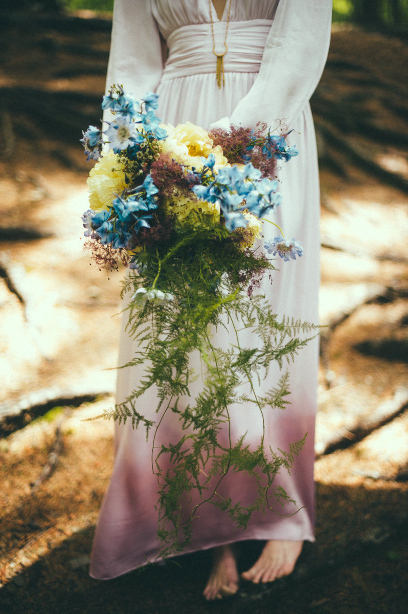bohochic wedding photography barefoot hippy hipster florals flower bouqet