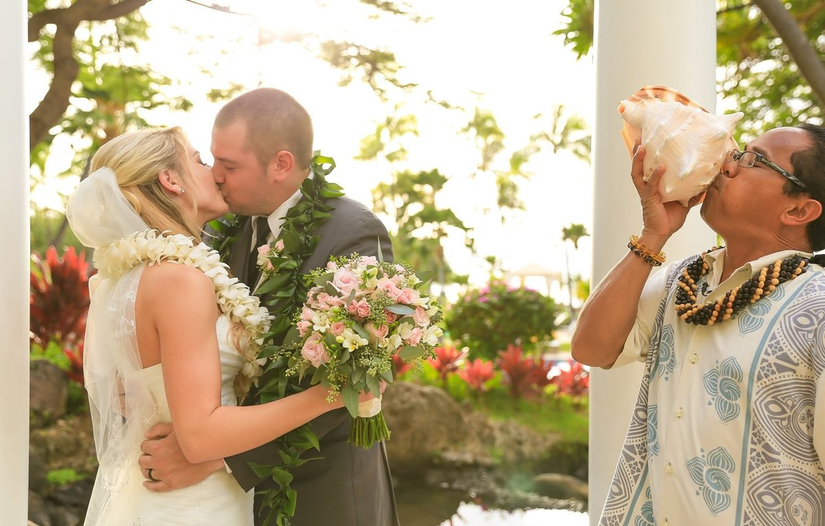 Capture Aloha Photography Newly Wedding Kissing scene  with Photobombing Friend Kissing shell