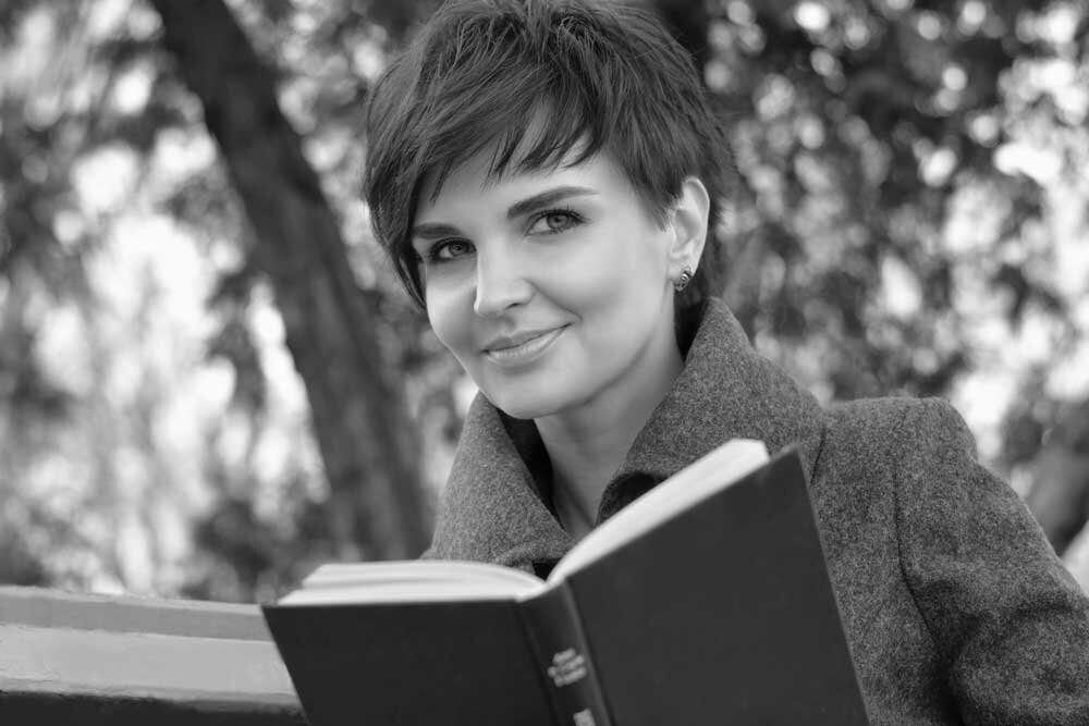 KathrynSpringman_Woman-with-Book_bw_Adobe_1000_157329628