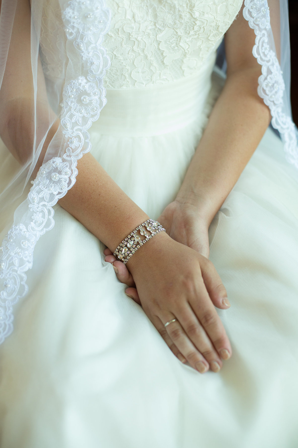 bride detail shot, brides hands