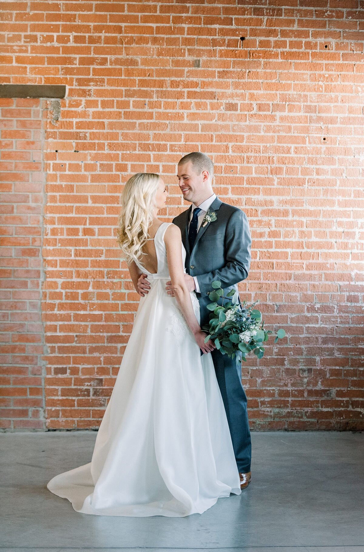 Warehouse-215-wedding-by-Leslie-Ann-Photography-00023