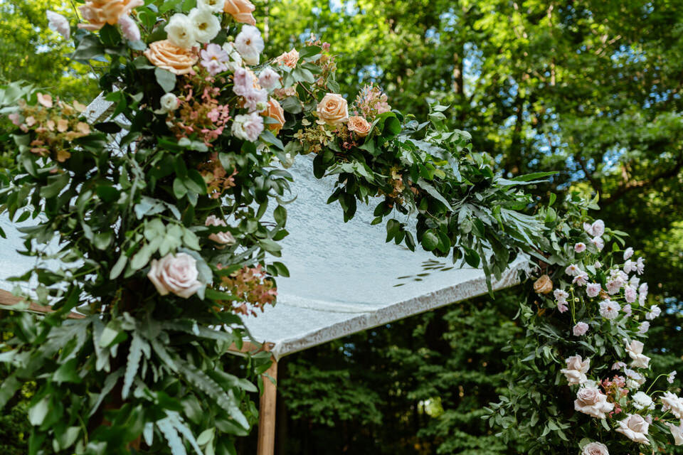 Catskills-Wedding-Planner-Foxfire-Mountain-House-Wedding-Canvas-Weddings-chuppah-flowers-2