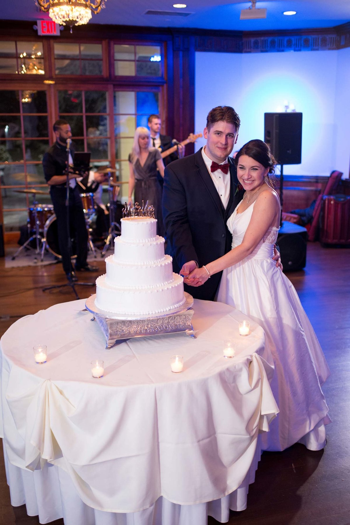 Bride and groom cutting their cake at The Mansion at Oyster Bay