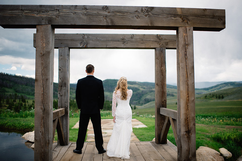 Strawberry-Creek-Ranch-Modern-Minimalist-Outdoor-wedding-in-Granby-Colorado-First-Look
