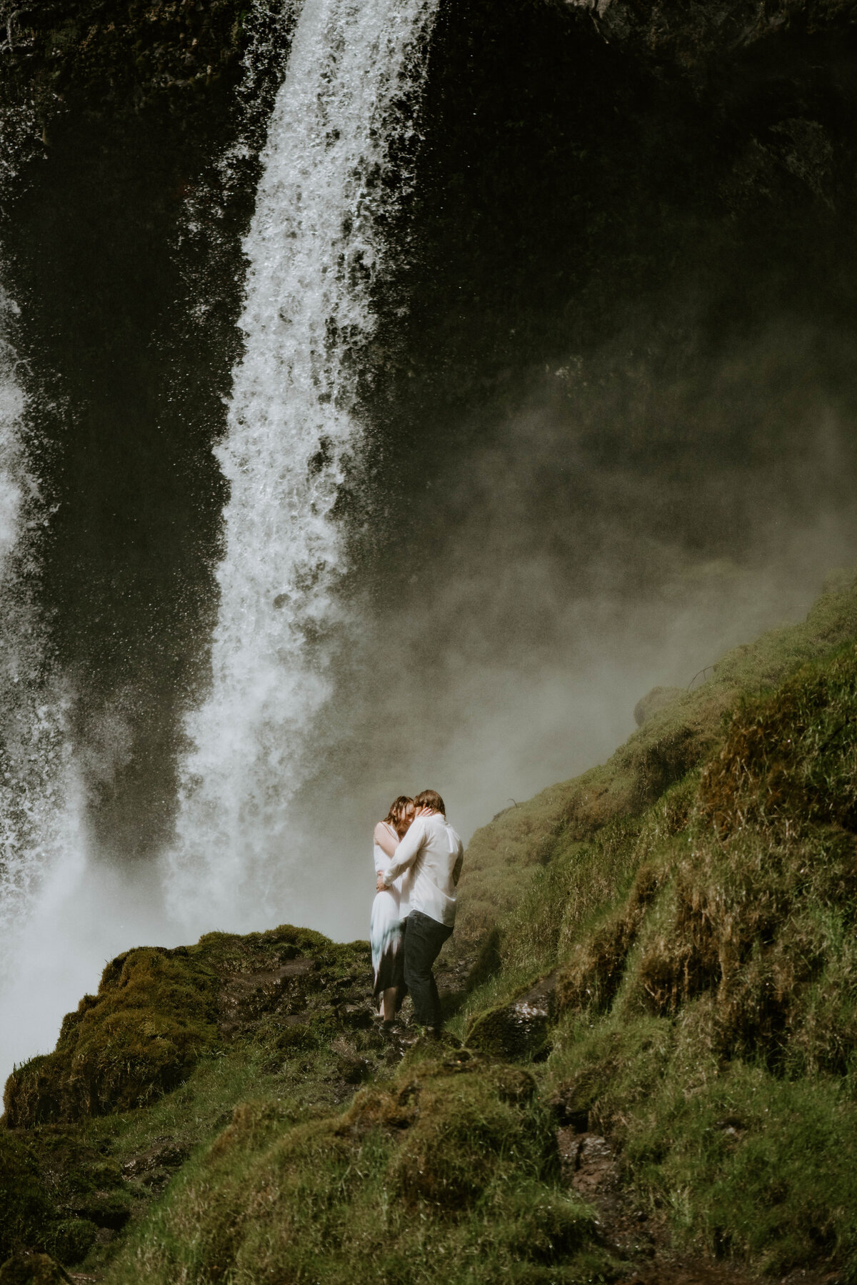 sahalie-falls-summer-oregon-photoshoot-adventure-photographer-bend-couple-forest-outfits-elopement-wedding8594