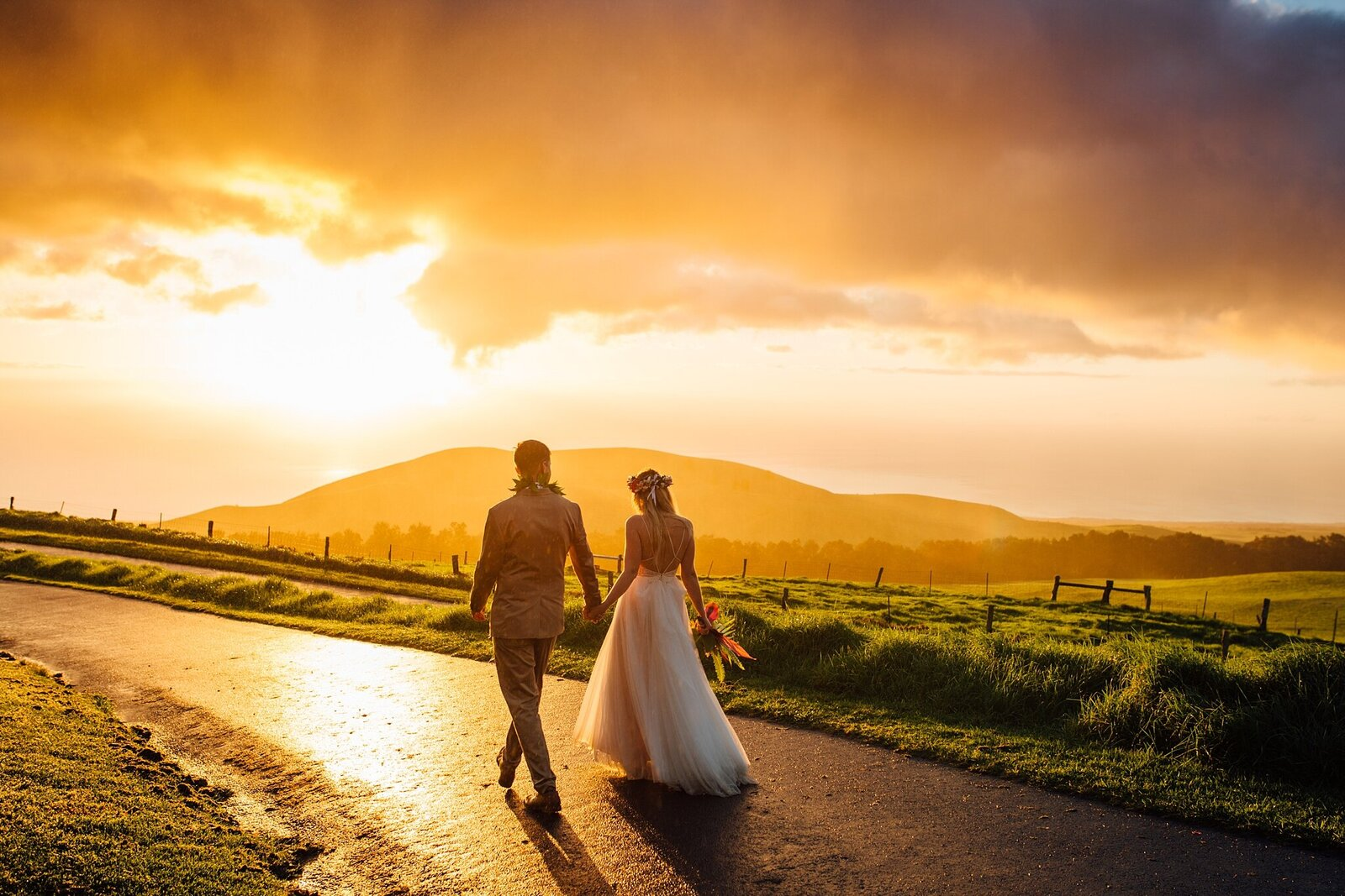 golden sunset at kahua ranch wedding