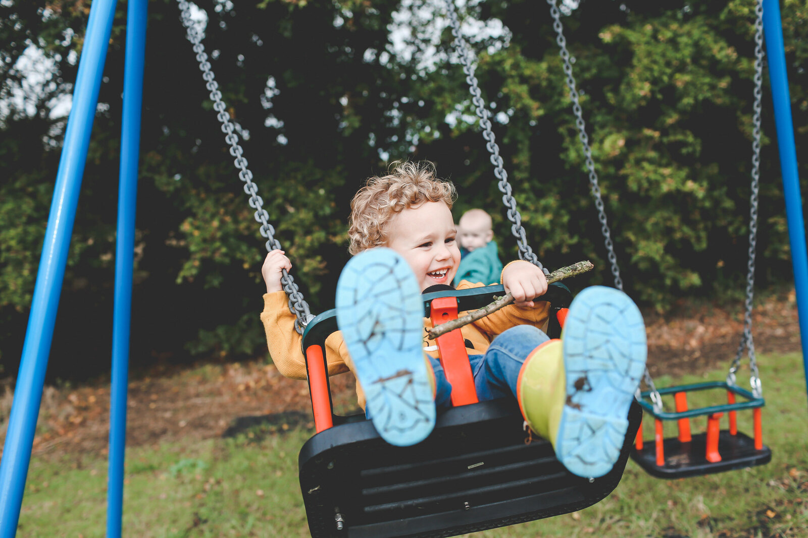FP_FAMILY-KIDS-PLAYING-AT-SWINGS-PARK-0011