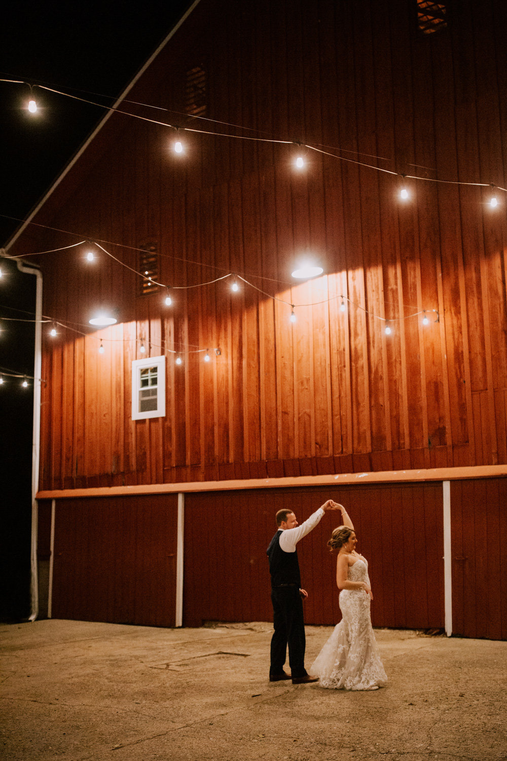 Country-red-barn-wedding-delphi-1159