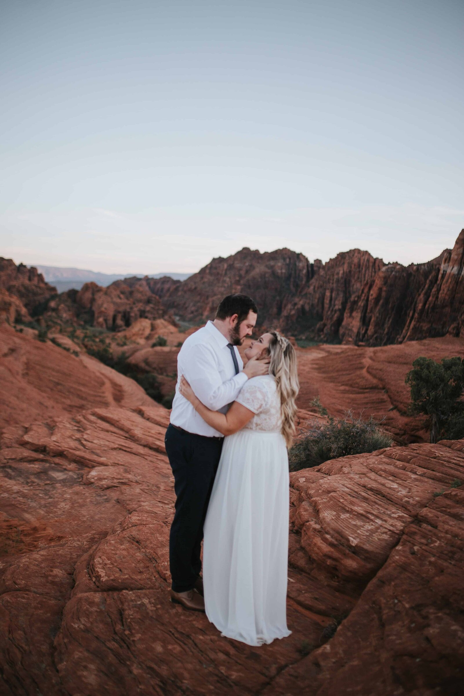 bride and groom kissing on red rock in Knoxville Tennessee