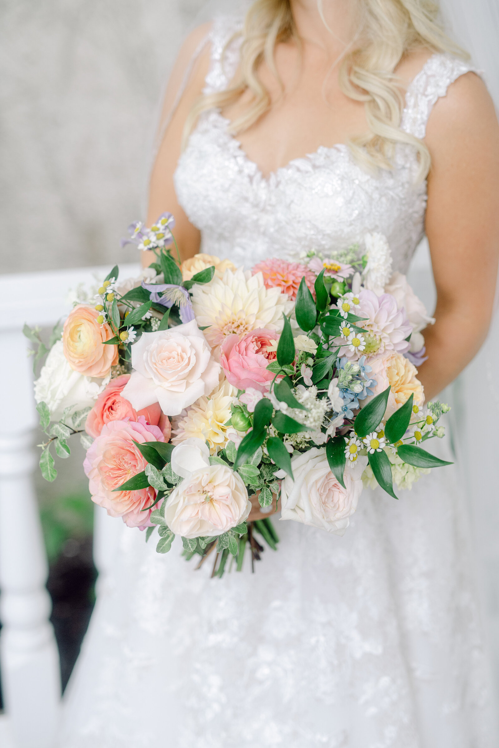 bride_colorful_bouquet