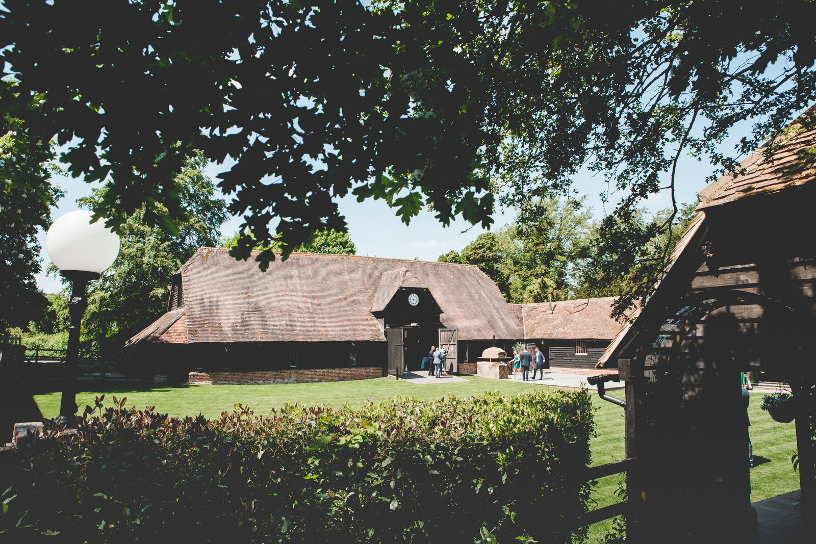 LAINS-BARN-WEDDING-PHOTOGRAPHER-FUN-REALXED-0001