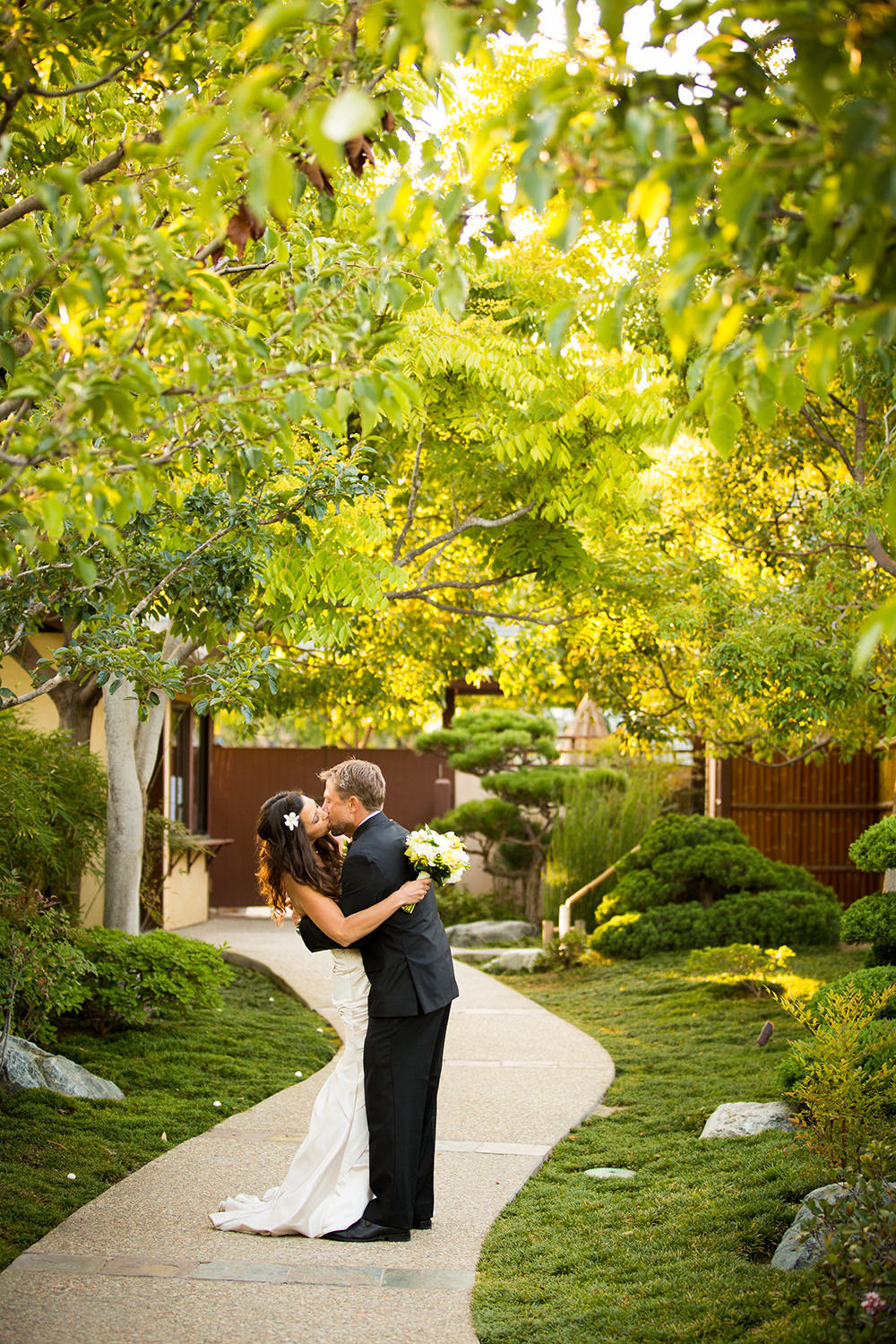 couple kissing in the garden