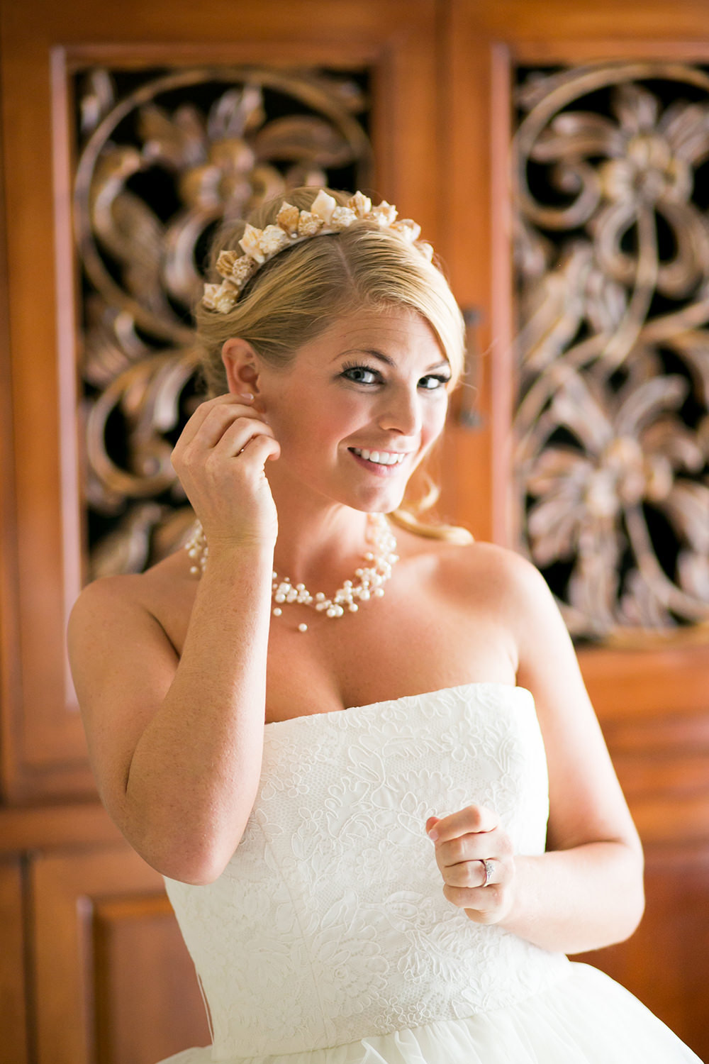 bride putting her ear rings on