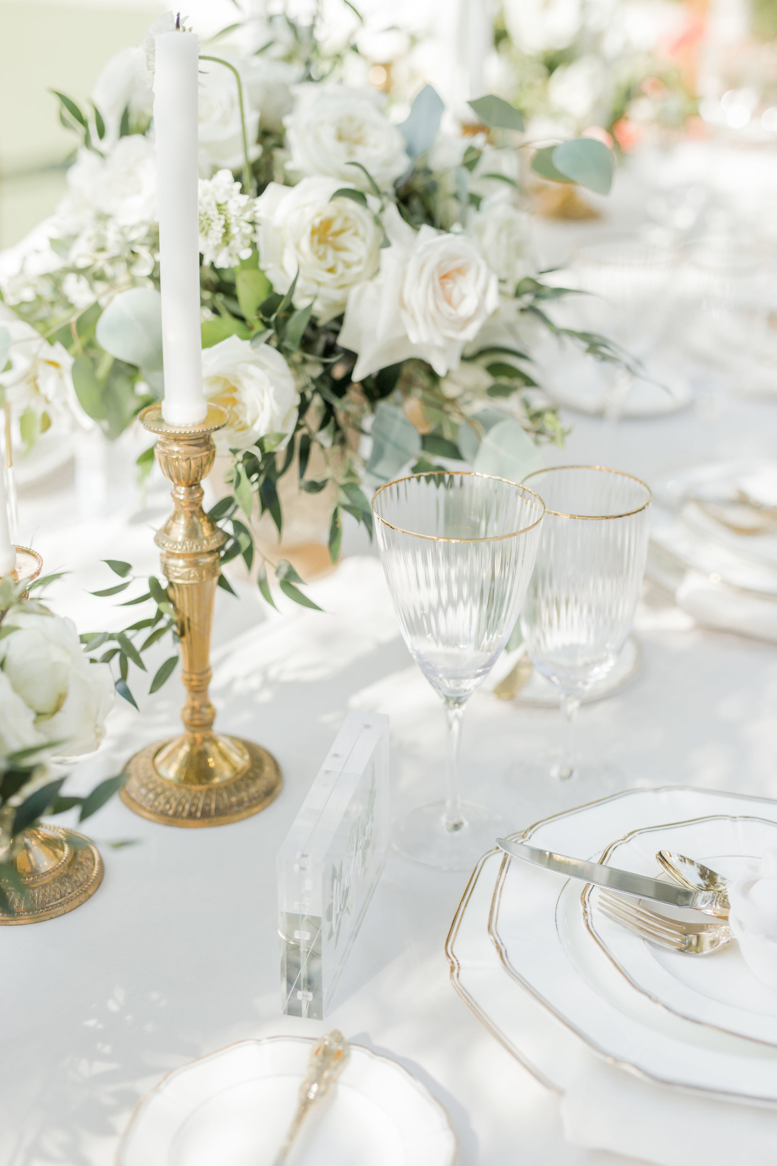 white roses and gold table decor