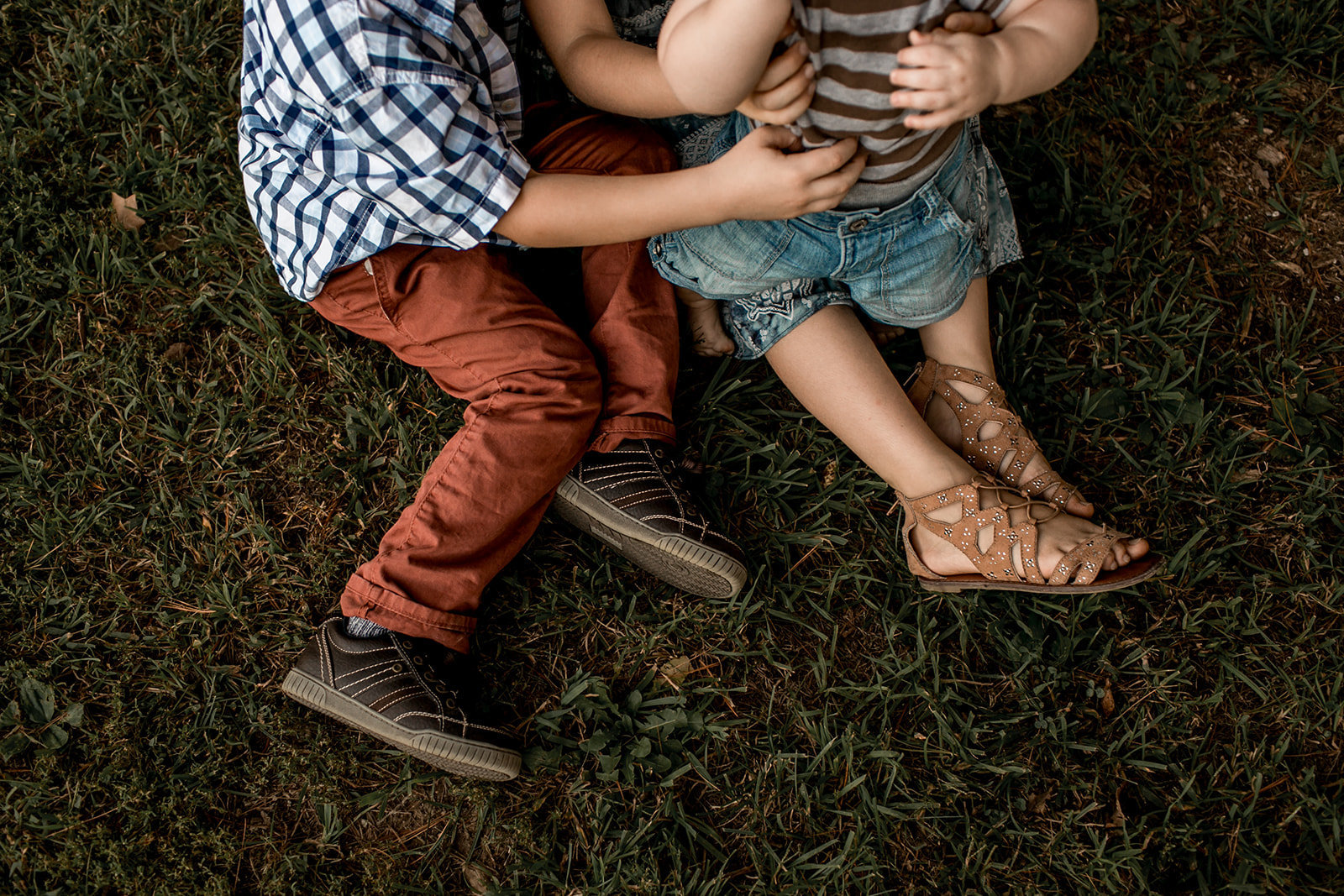 Des Moines Iowa family photographer artistic photo of children.