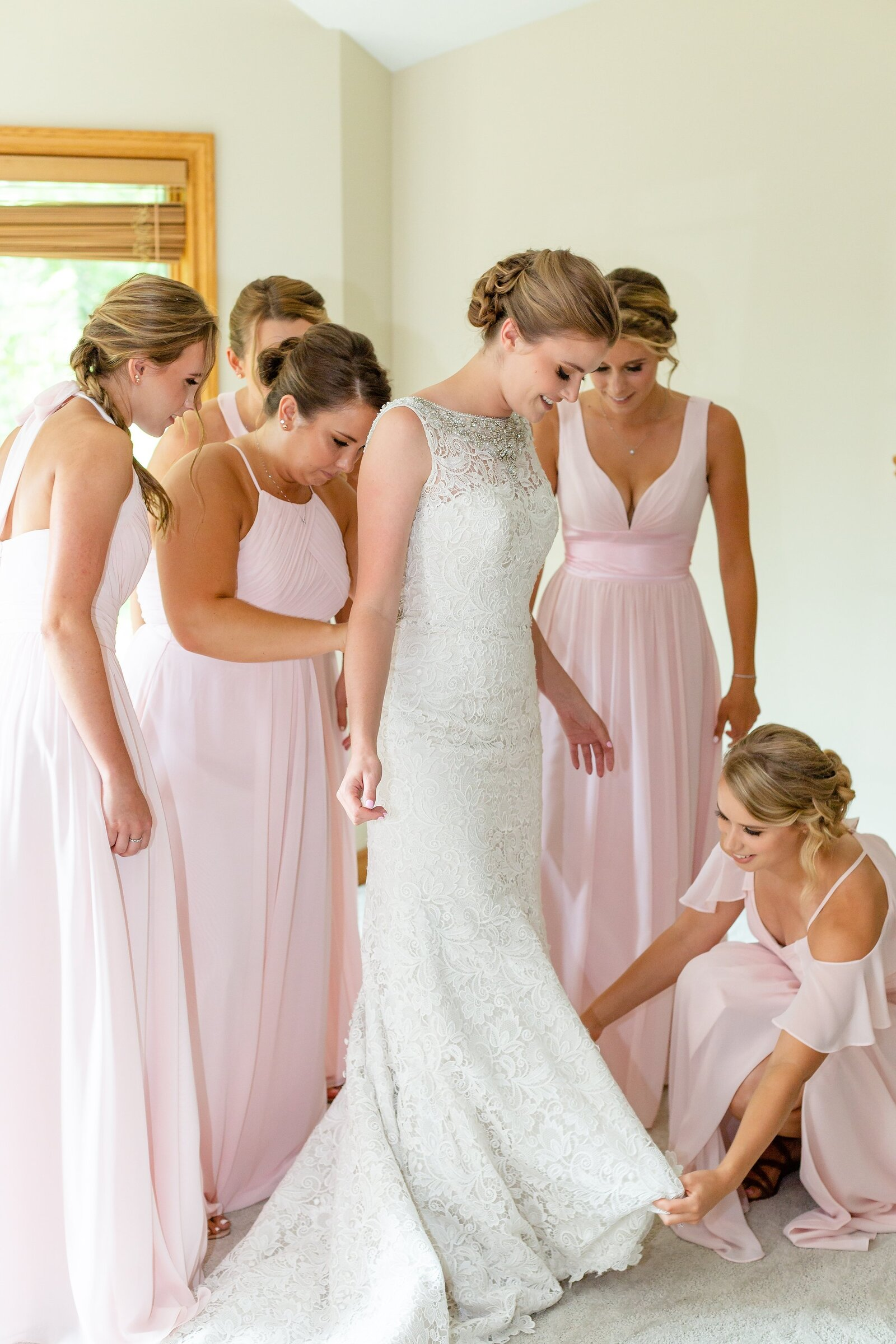 Bridesmaids-helping-the-bride-look-her-best-on-her-wedding-day