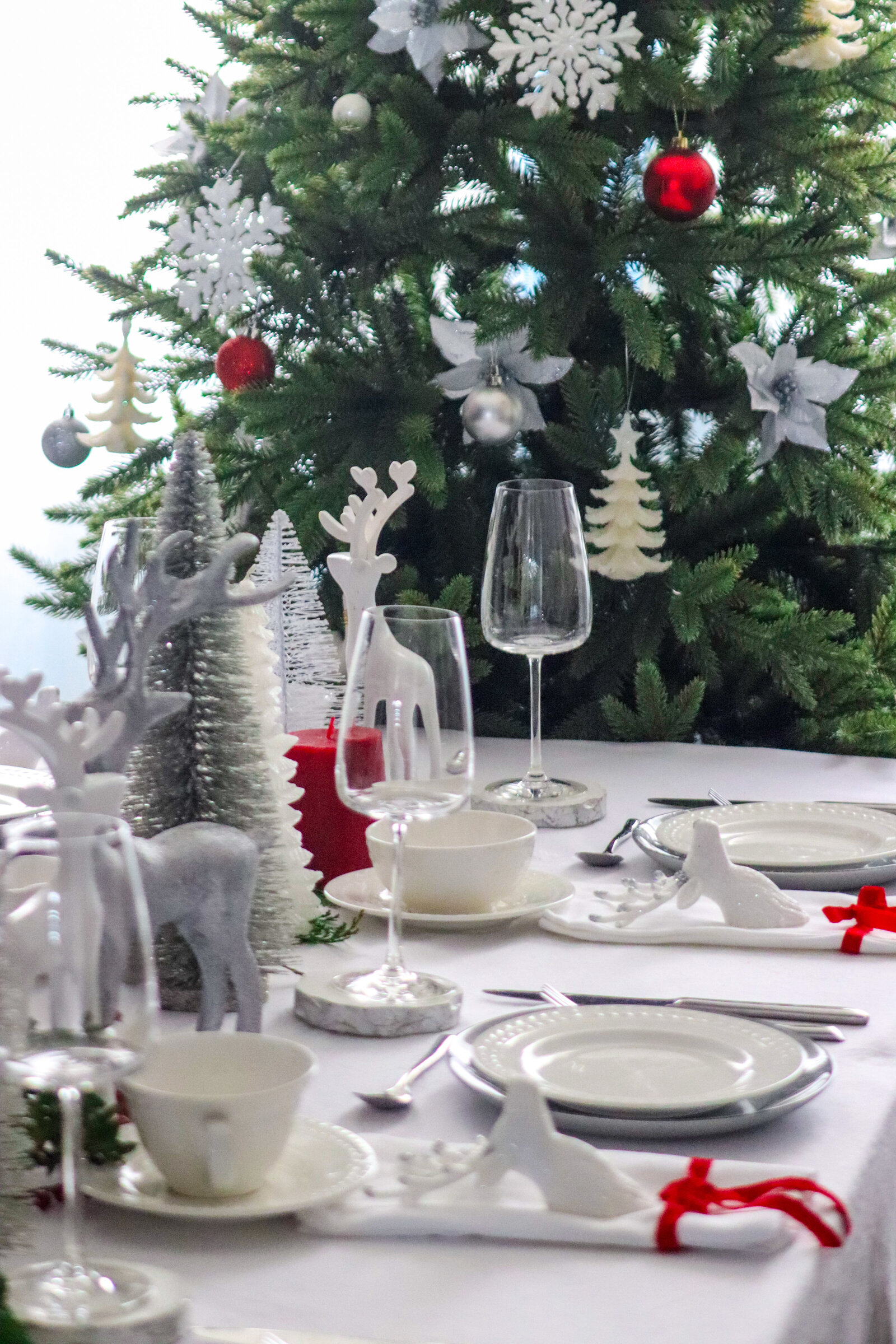 decor arrangement table setting winter theme white red silver event planner wedding Pearl Ivy events