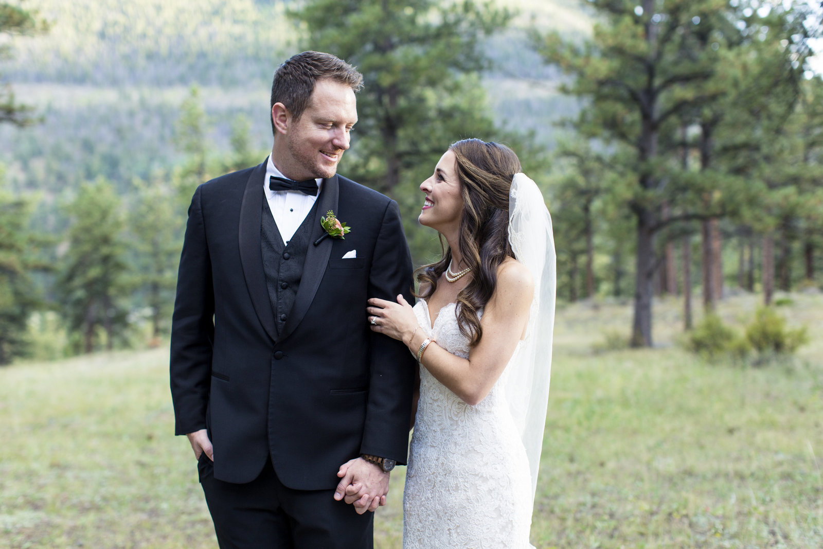 Jessi-Zach-Photography-Colorado-Mountain-Wedding-Photographer-Della-Terra-Mountain-Chateau_58