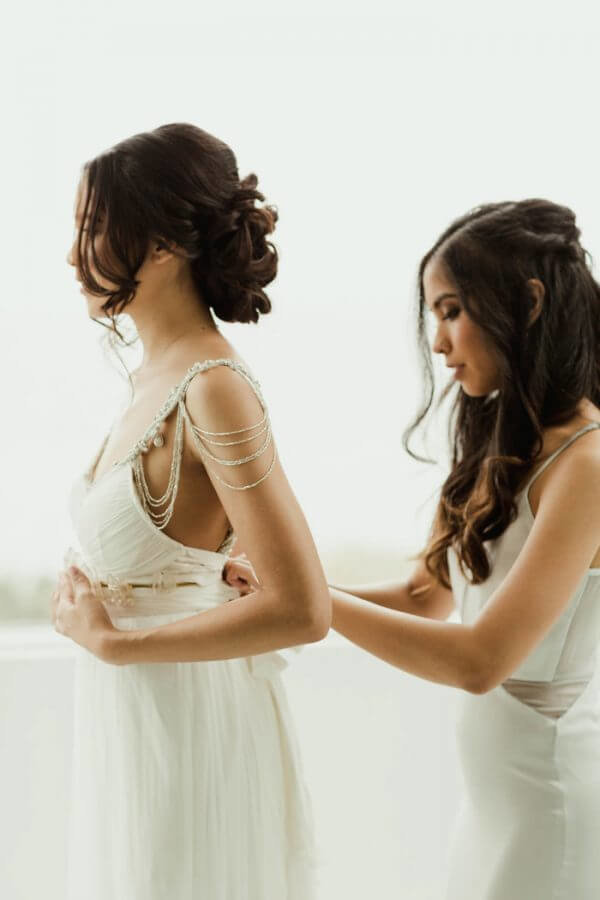 bride-first-look- sisters- getting-ready