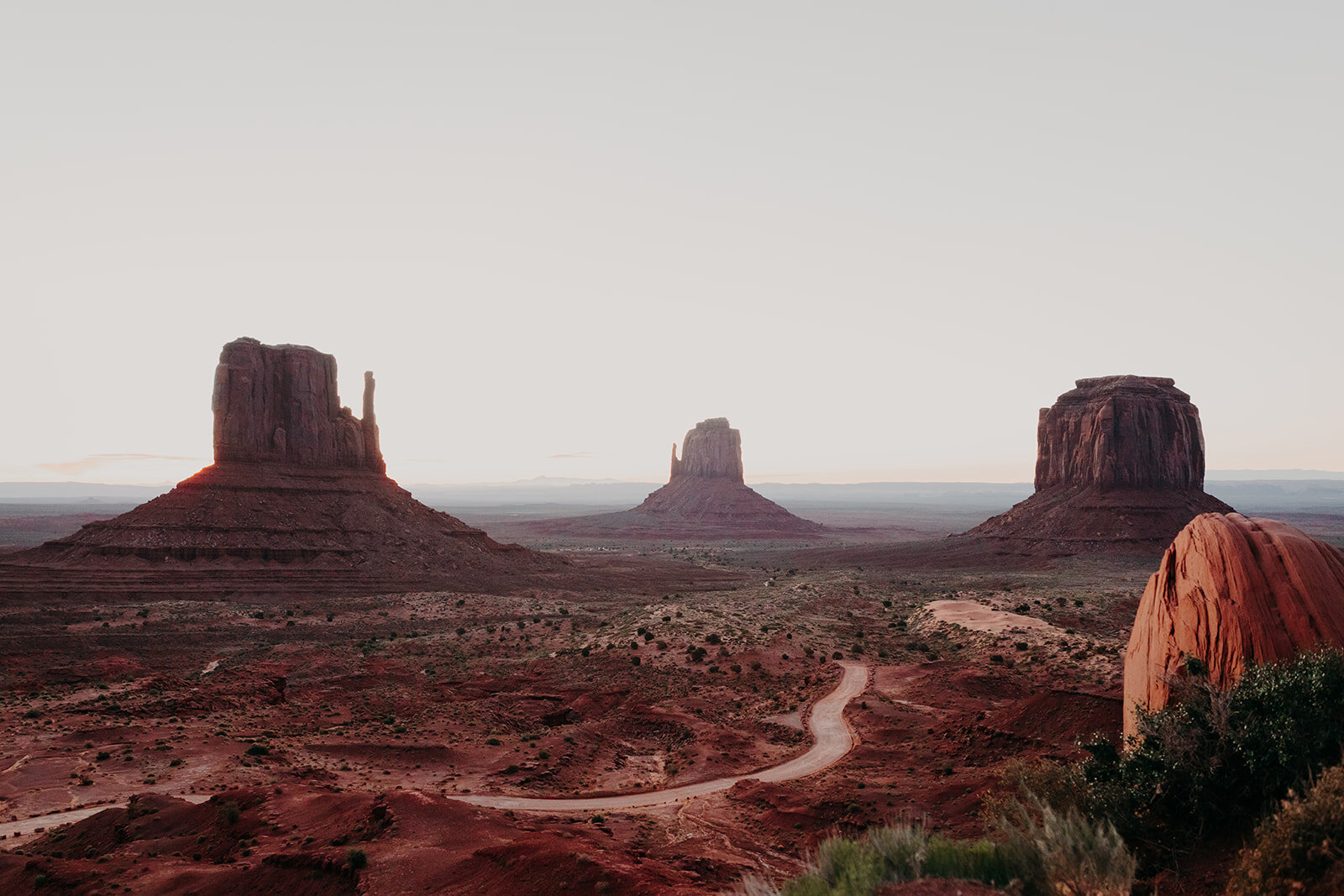 Landscape photo of red rock buttes at Monument Valley
