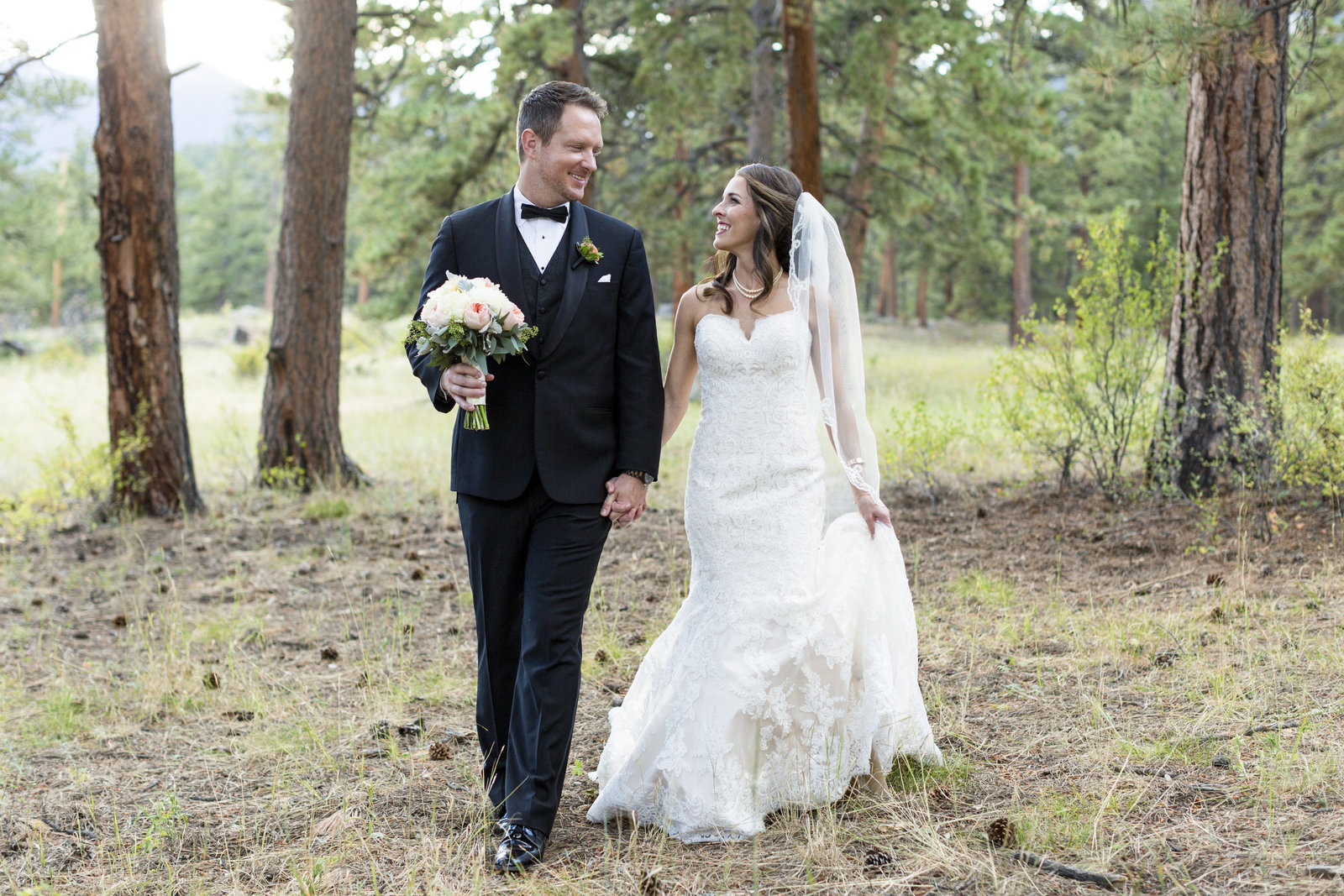Jessi-Zach-Photography-Colorado-Mountain-Wedding-Photographer-Della-Terra-Mountain-Chateau_56