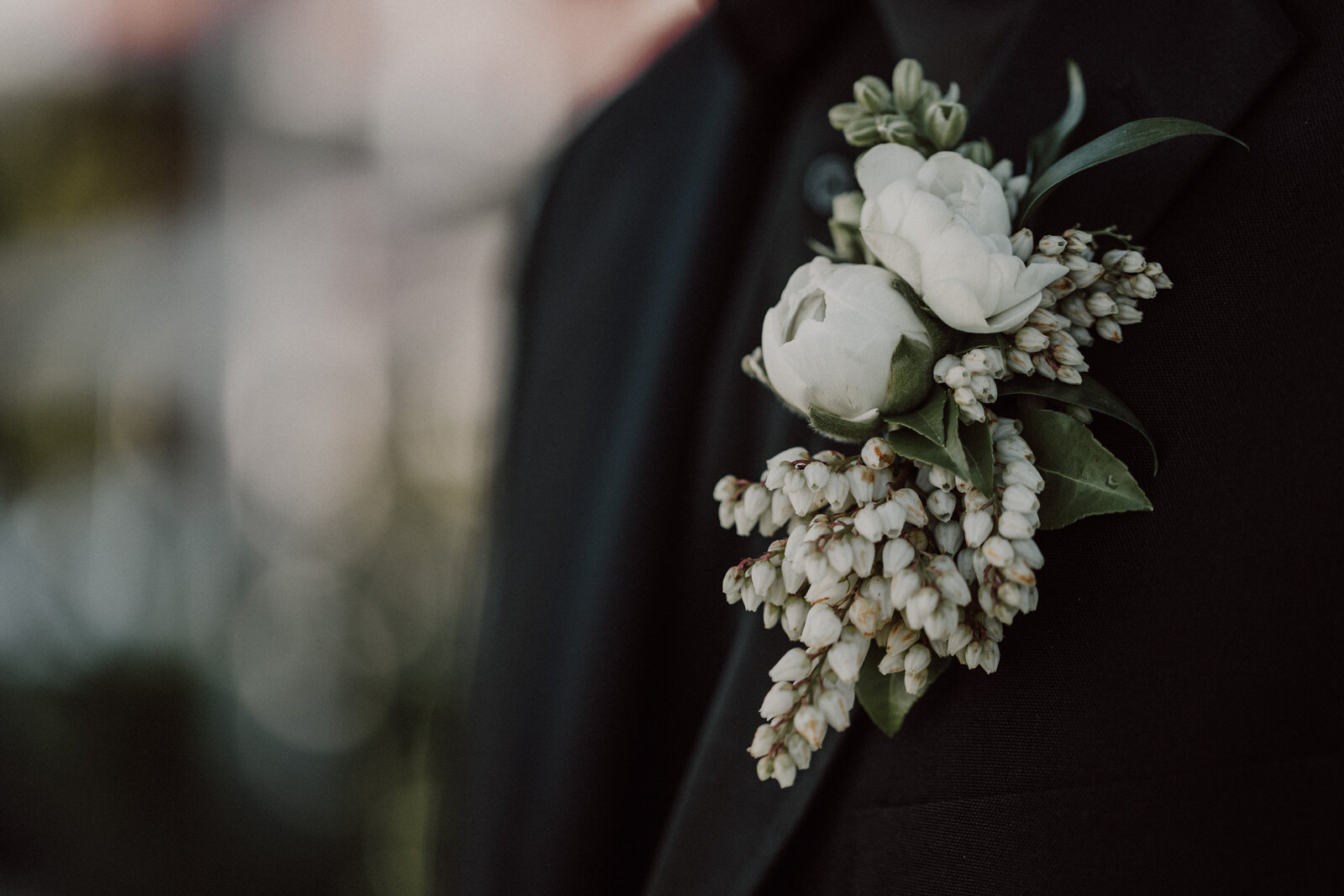 Detail-shot-of-grooms-flowers