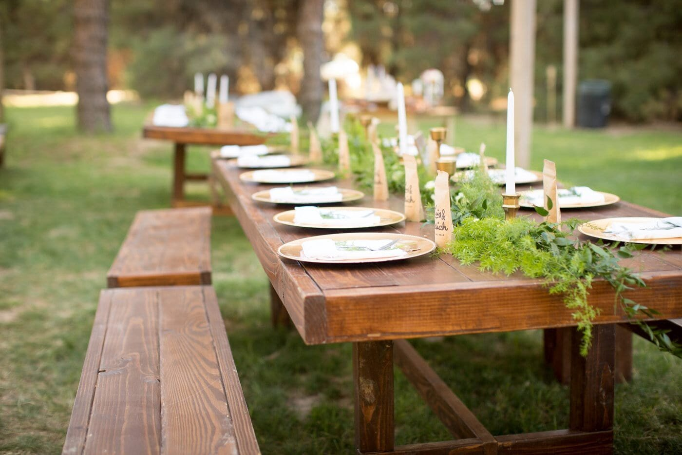 farmhouse-table-with-gold-chargers