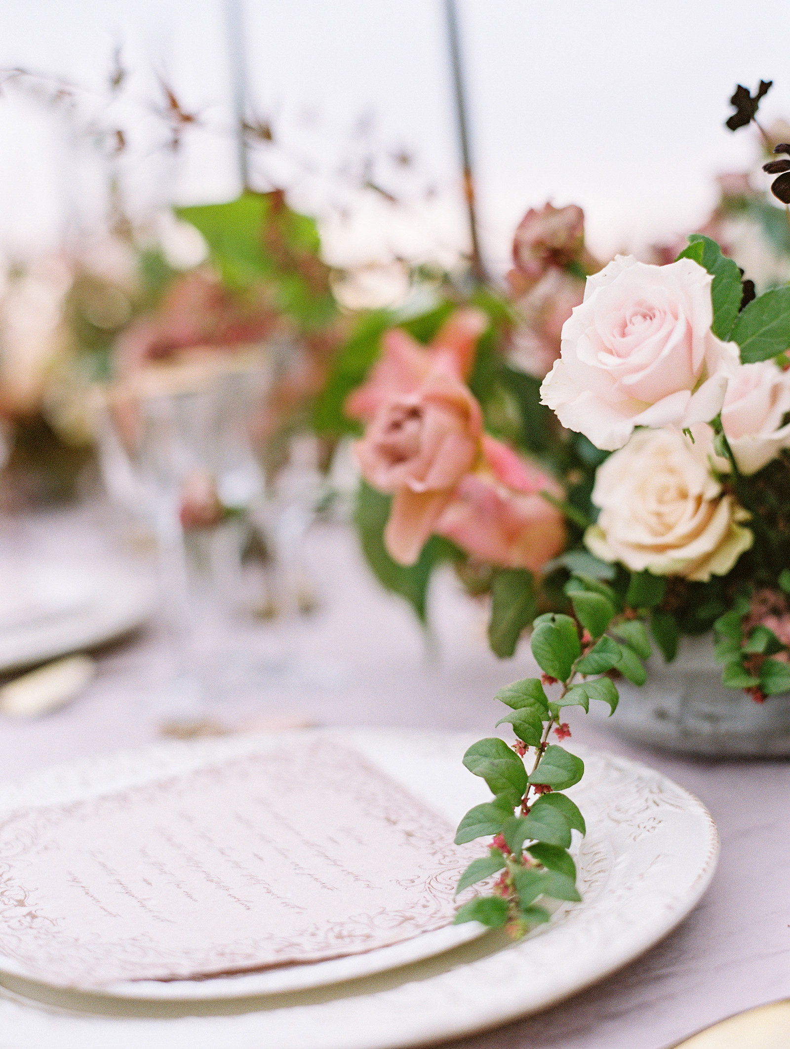 PuraSoulPhoto_MalibuRockyOaksWedding_TopBest_PurpleTable-42