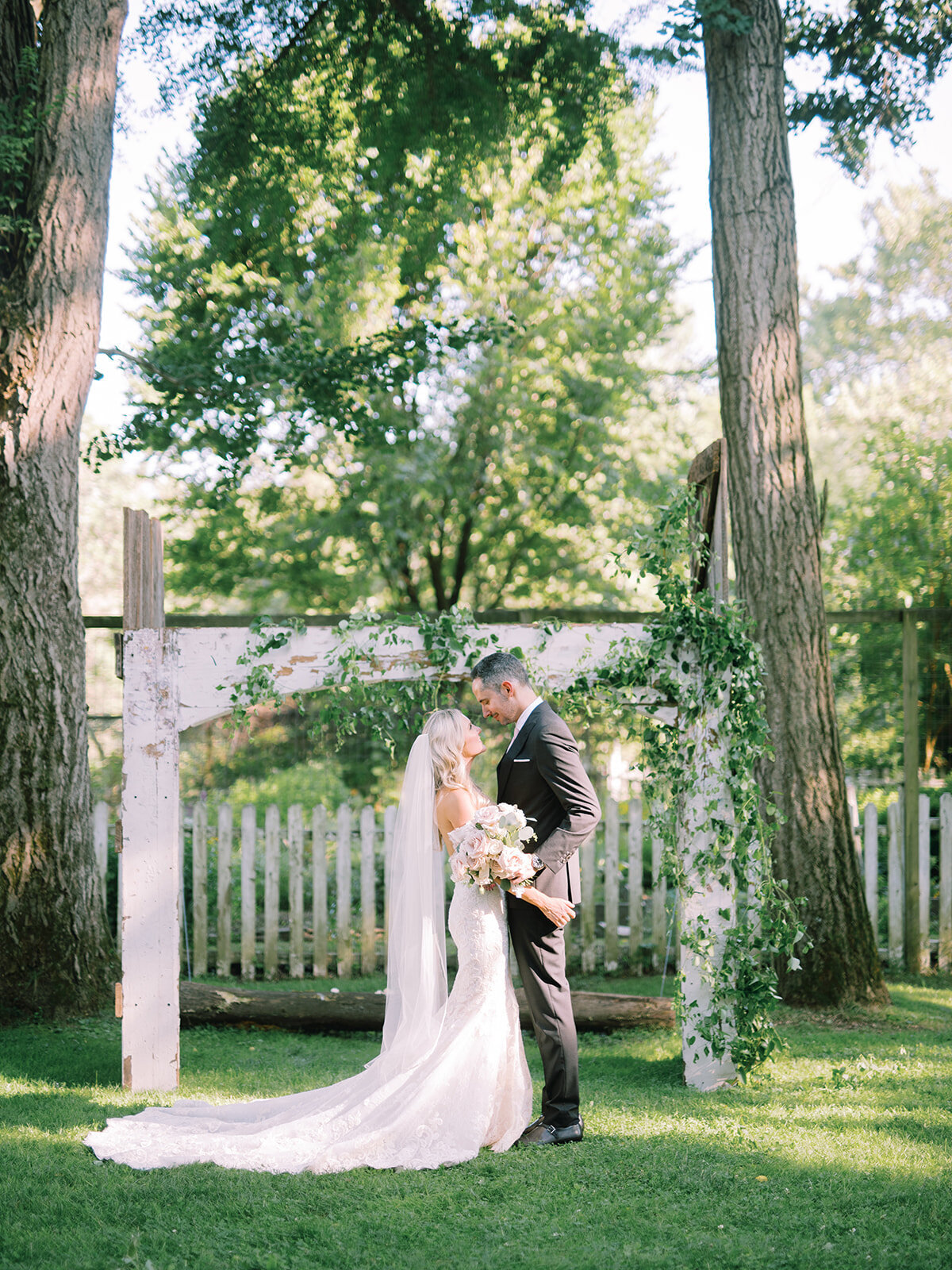 du_soleil_photographie_life'spatina_willowbrook_farm_wedding_christine_david_bride_groom_1st_look-129_websize