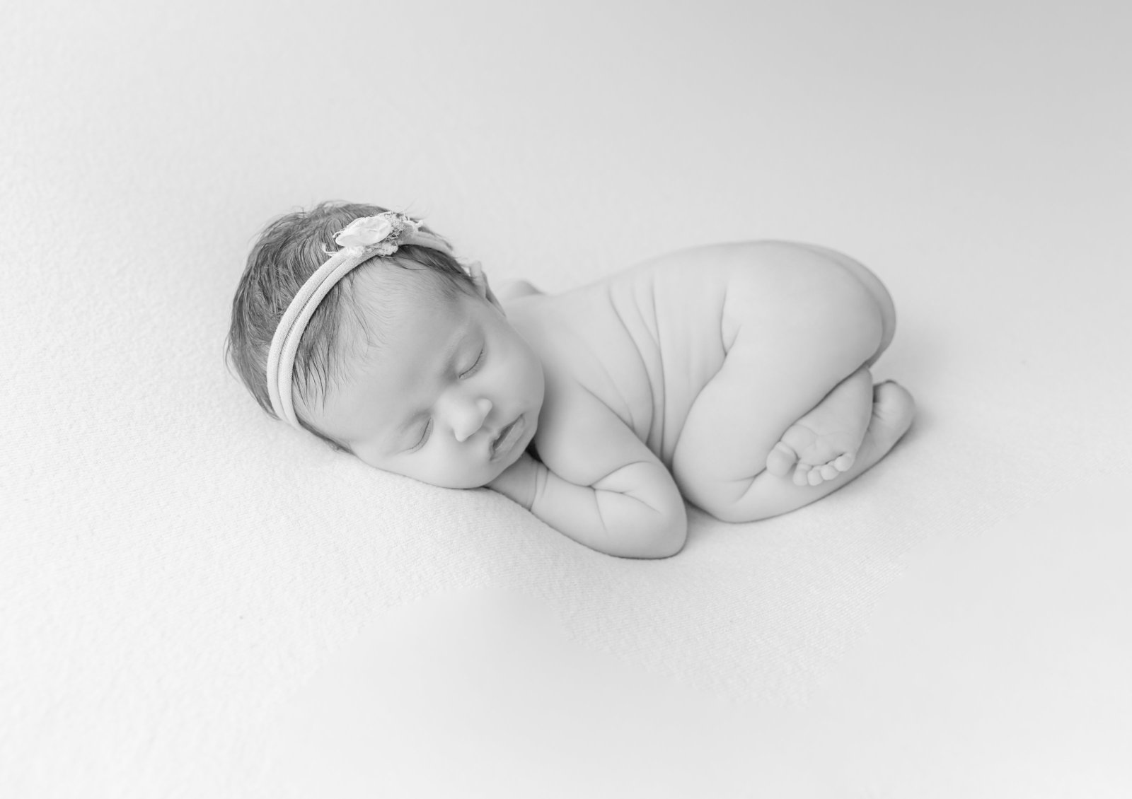 bw-newborn-summer-baby-ottawa-photographer-grey-loft-studio-2019-13