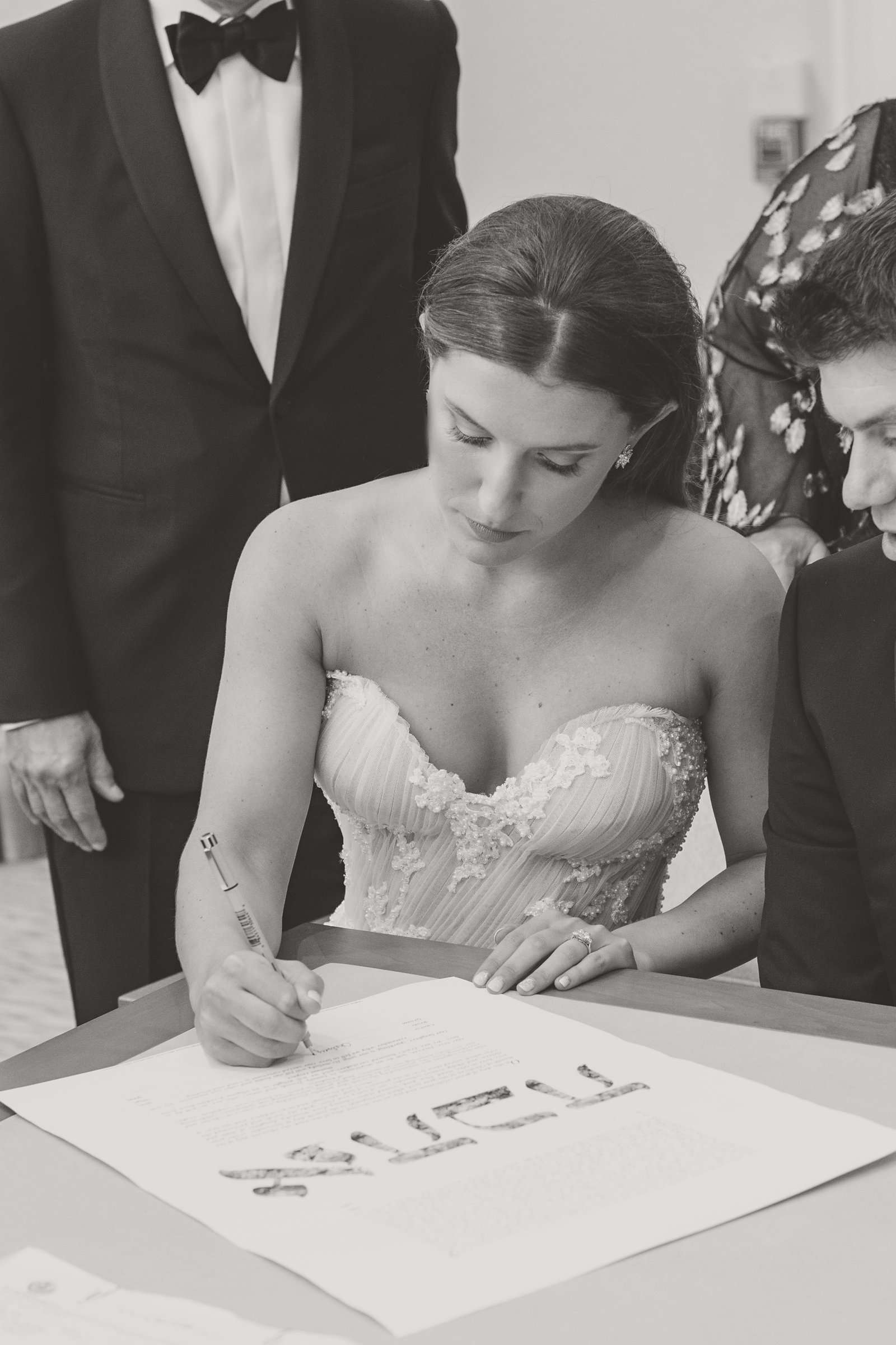 signing the ketubah during a Jewish wedding