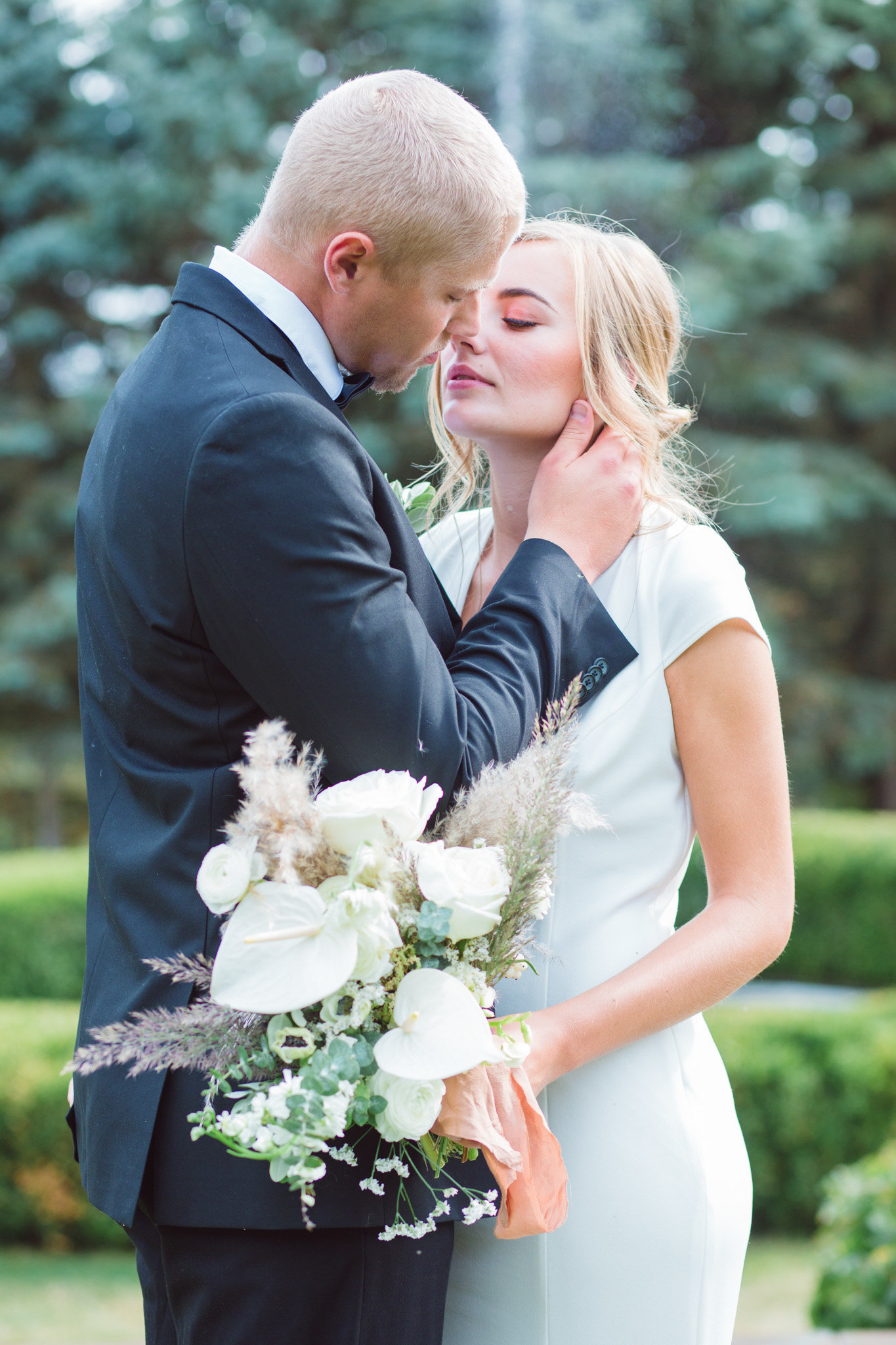 Kissing pose wedding