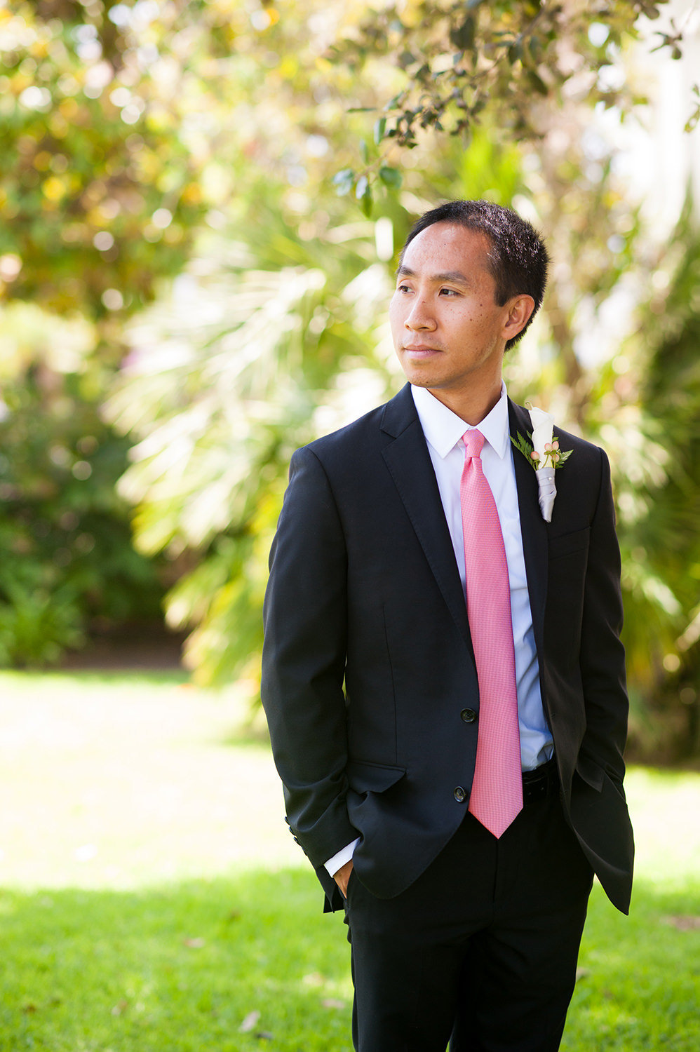 groom serious with pink tie