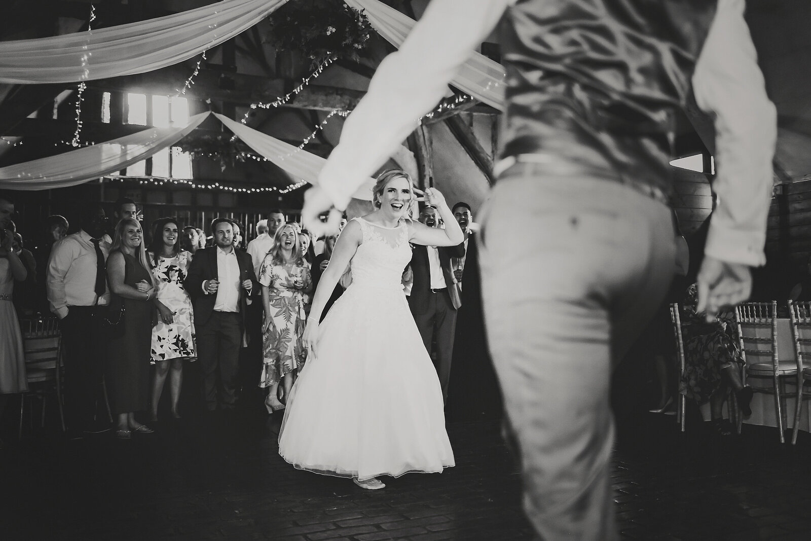 LAINS-BARN-WEDDING-PHOTOGRAPHER-FUN-REALXED-0070