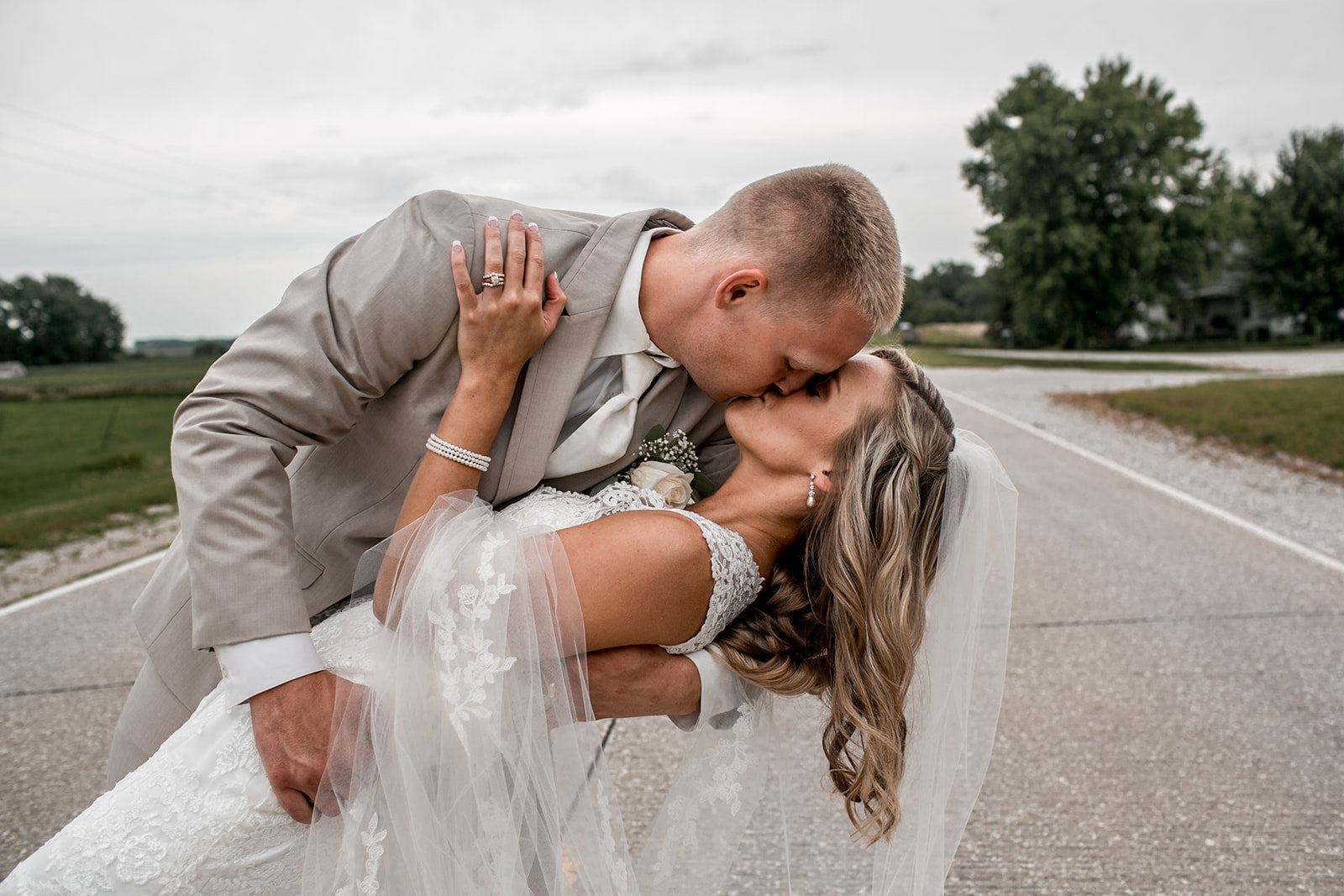 Des Moines Iowa wedding couple doing a dip kiss.