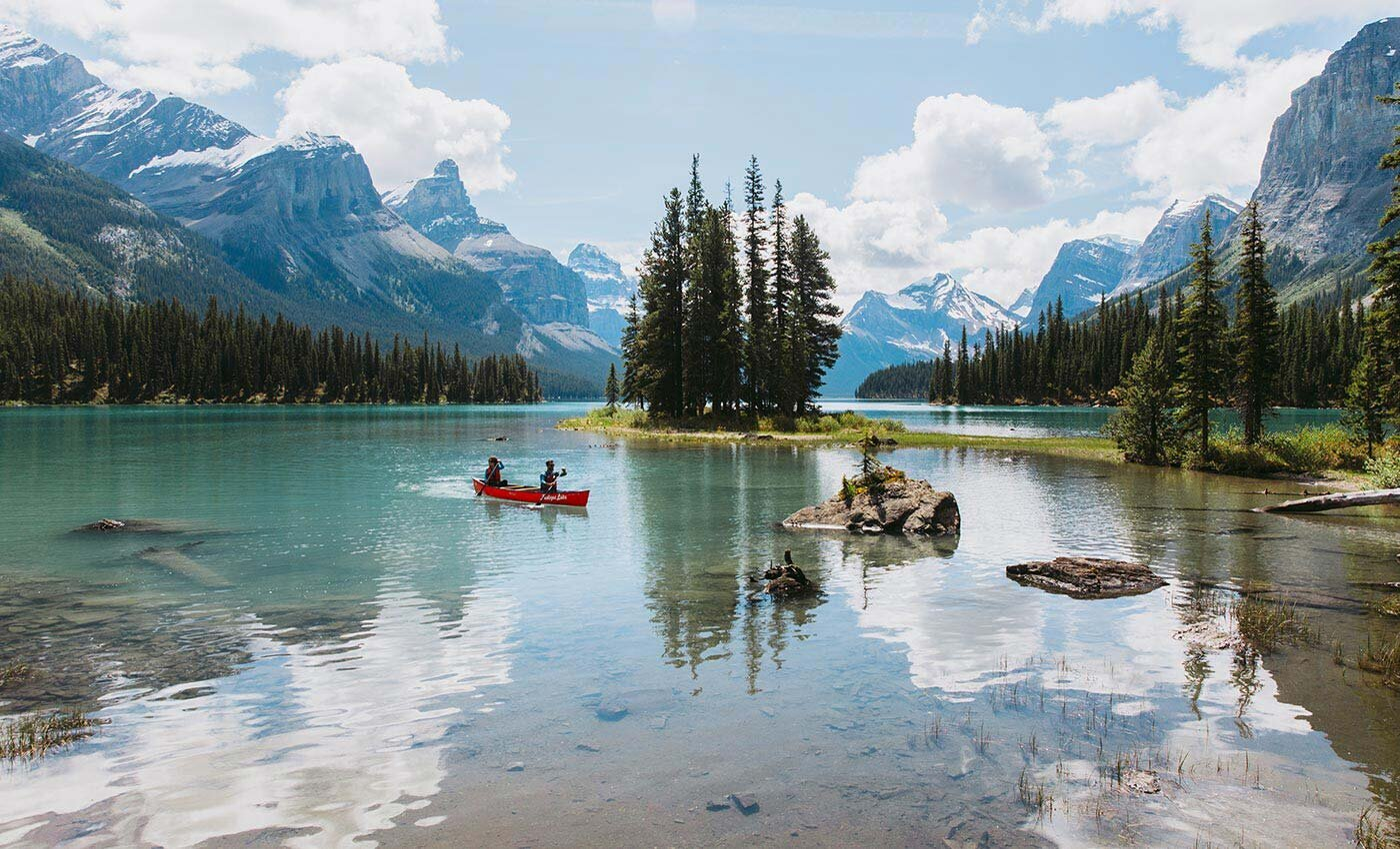 maligne-lake-spirit-island-kayak-elopement-ideas-jasper