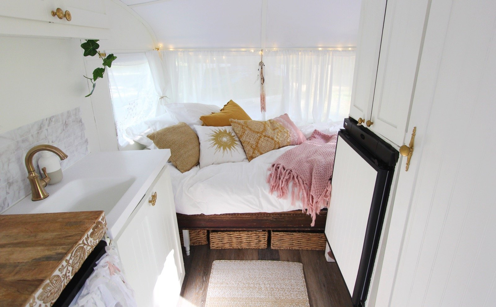 vintage-camper-classic-white-gold-reno-inspirations-ideas-boho-gypsy-hippy-pearl-musician-singer-songwriter-interior9