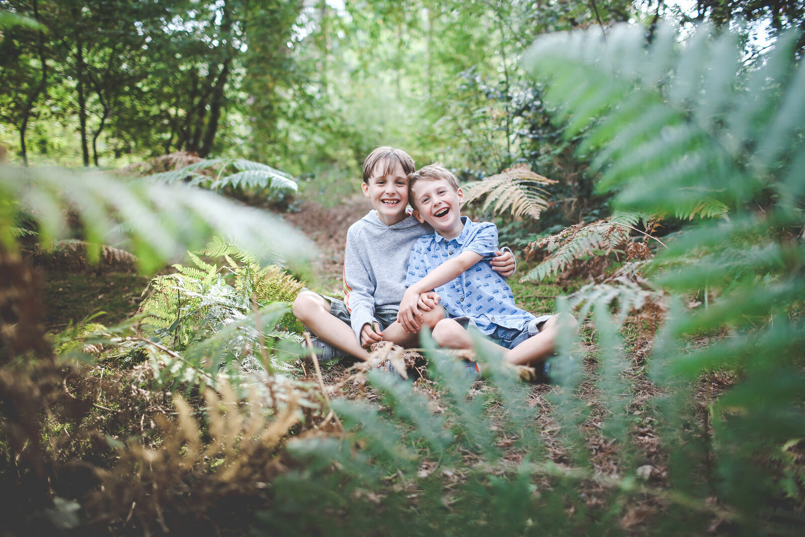 FP_FAMILY-PHOTOGRAPHY-BROTHERS-HIDING-IN-WOODS-0024
