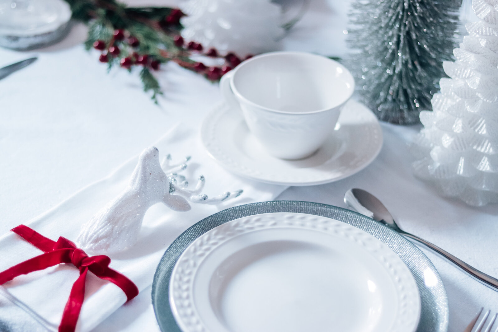 art de la table christmas wedding decor new year details forest theme white red silver Pearl Ivy events