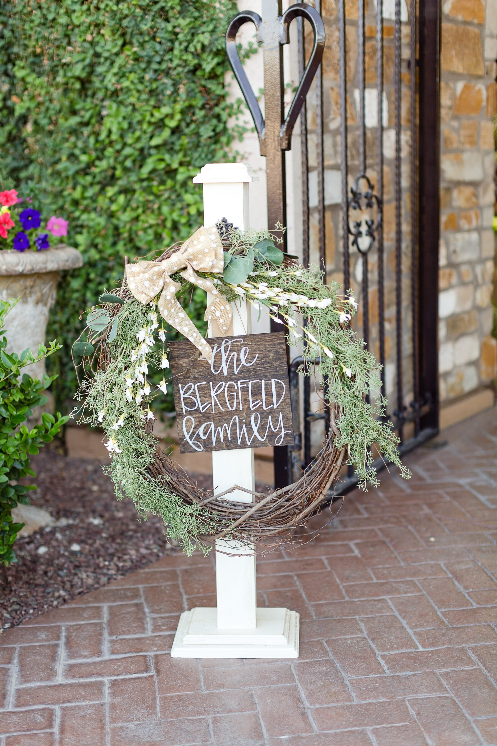 wedding-welcom-sign-and-wreath
