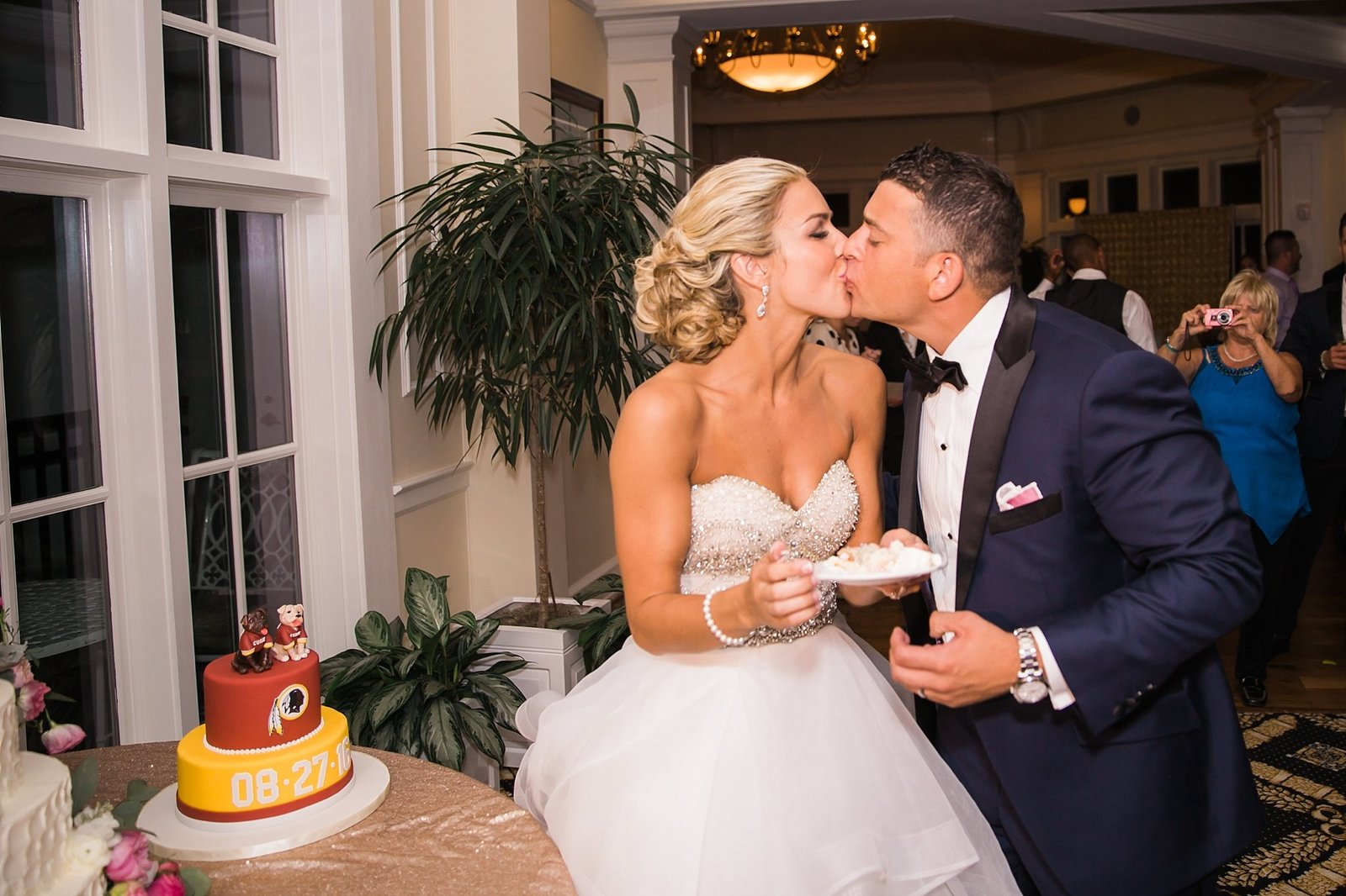 M Harris Studios_Trump National Golf Club Wedding_bride groom cake cutting
