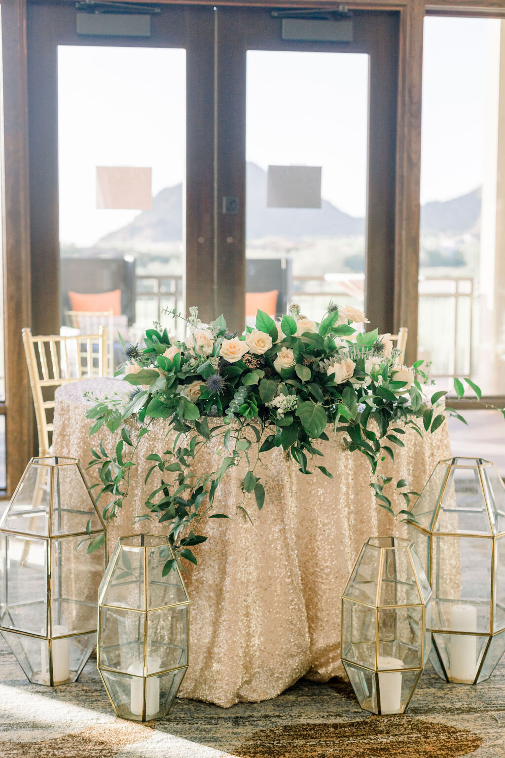 luxury-wedding-flowers-sweetheart-table-wedding