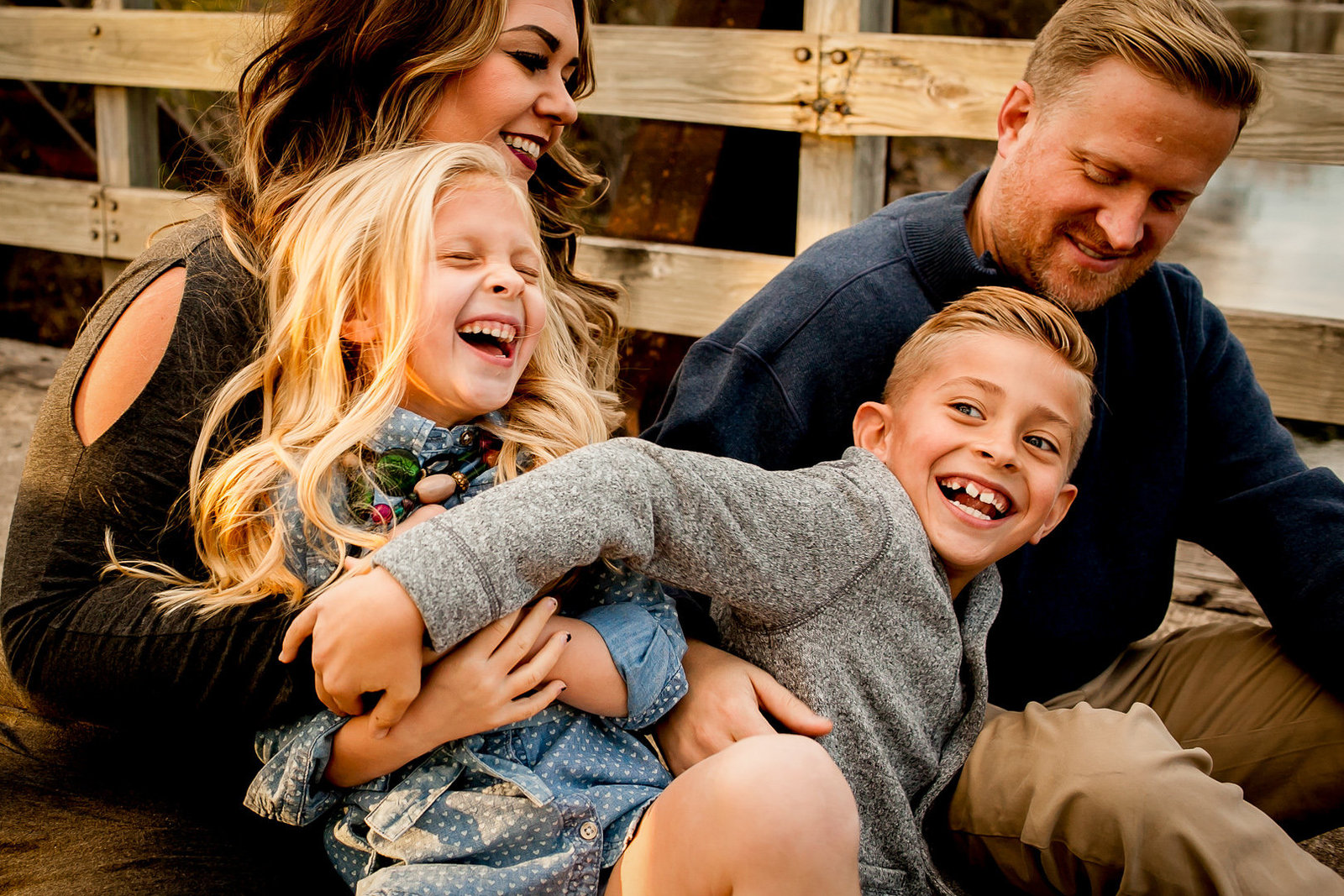 Des Moines Iowa lifestyle family photography of family laughing together.