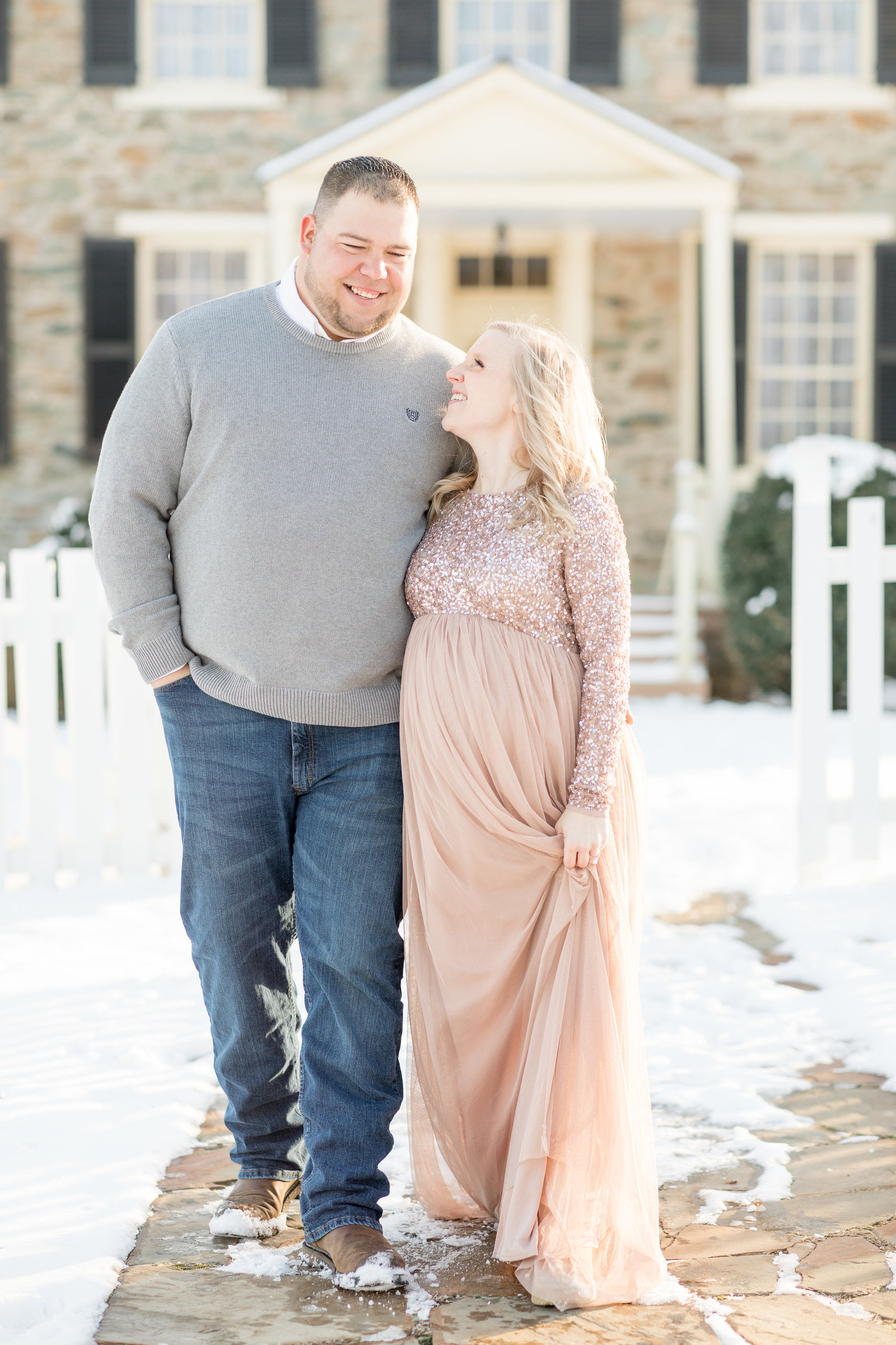 jess-dereck-snowy-winter-maternity-photo-session-003