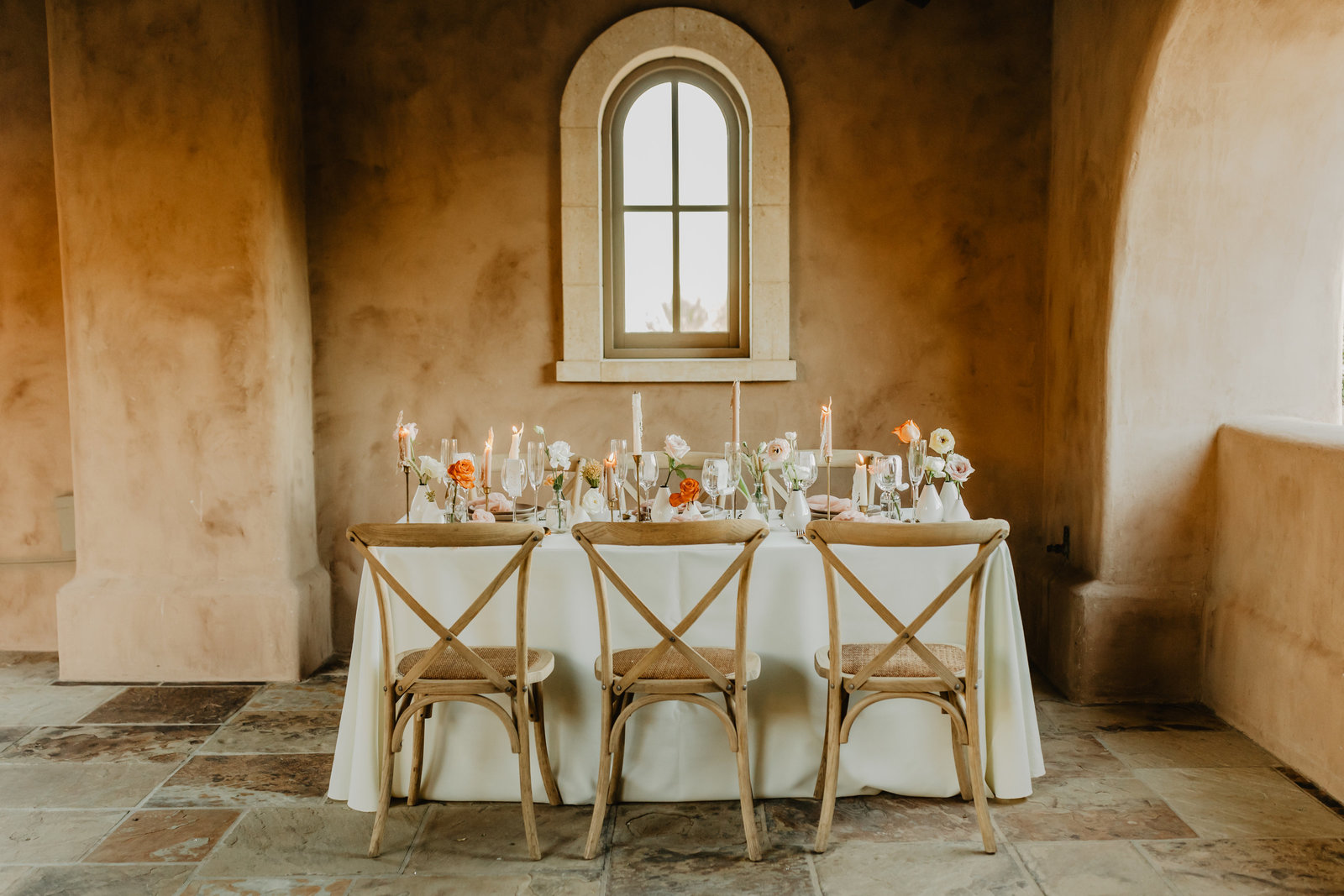 Wedding table design idea with modern touches in desert architecture.